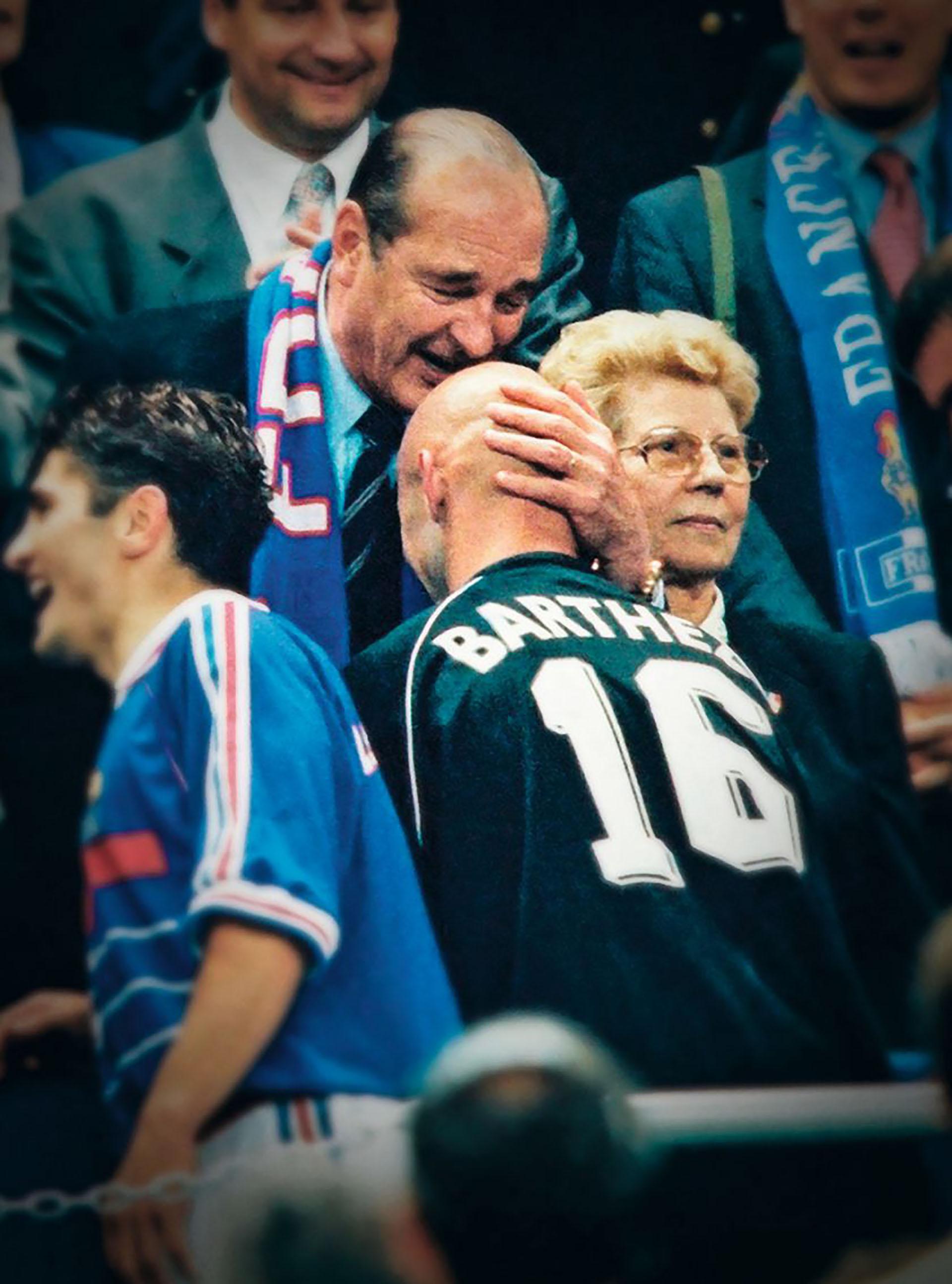 En la celebración del campeón de Francia 1998, el presidente frances Jacques Chirac también besó la cabeza del arquero