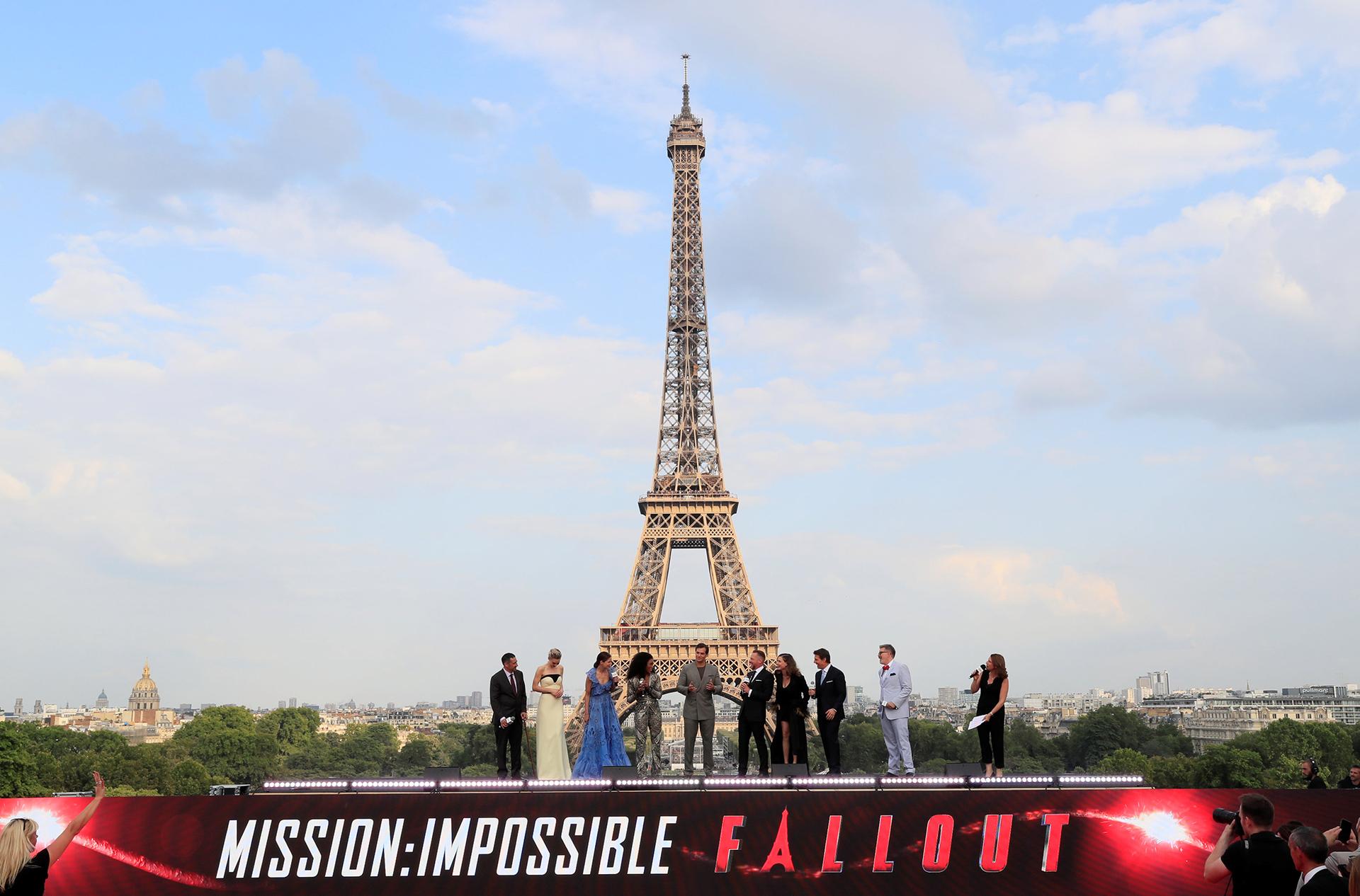 """El director Christopher McQuarrie y el elenco de """"Misión Imposible"""" encabezado por Tom Cruise, posa frente la torre antes de la premier mundial de la película.( REUTERS/Gonzalo Fuentes)"""