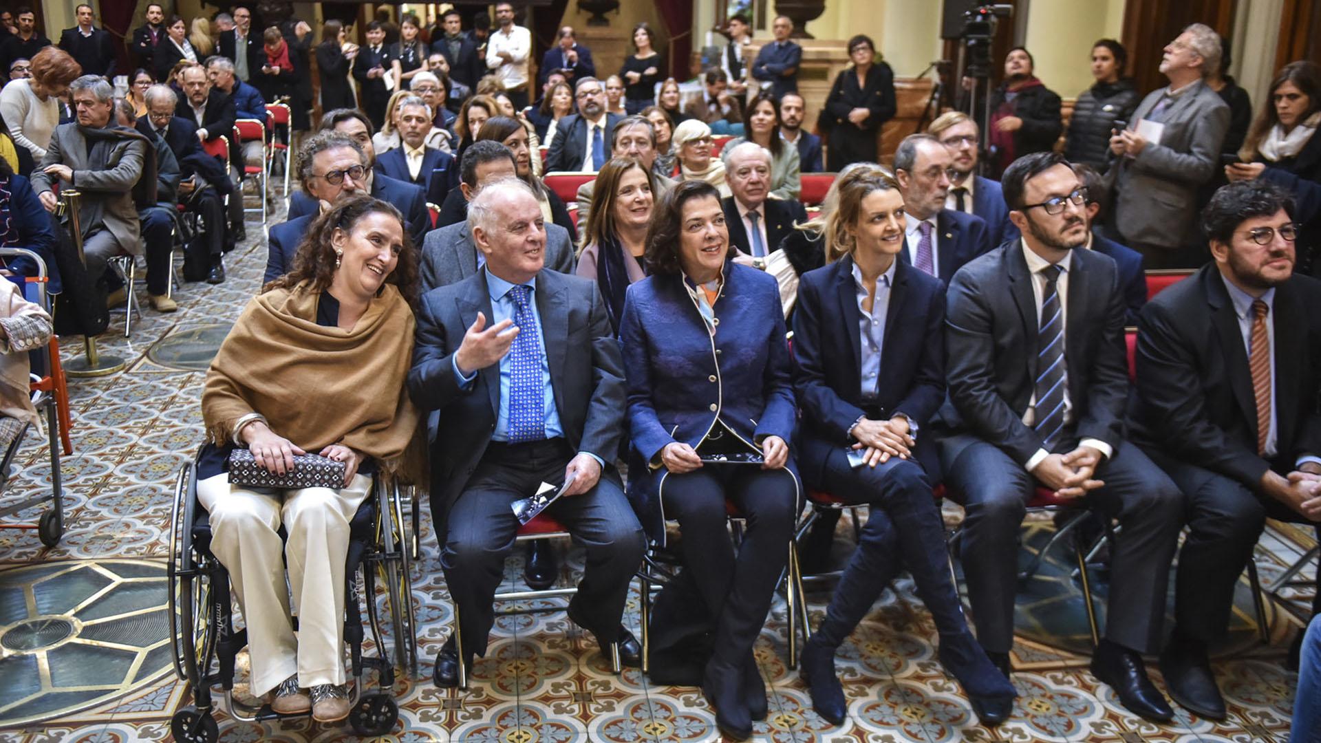 La vicepresidente Grabriela Michetti y el ministro de cultura de la Nación, Pablo Avelluto, compartieron fila con el maestro (Guille Llamos)