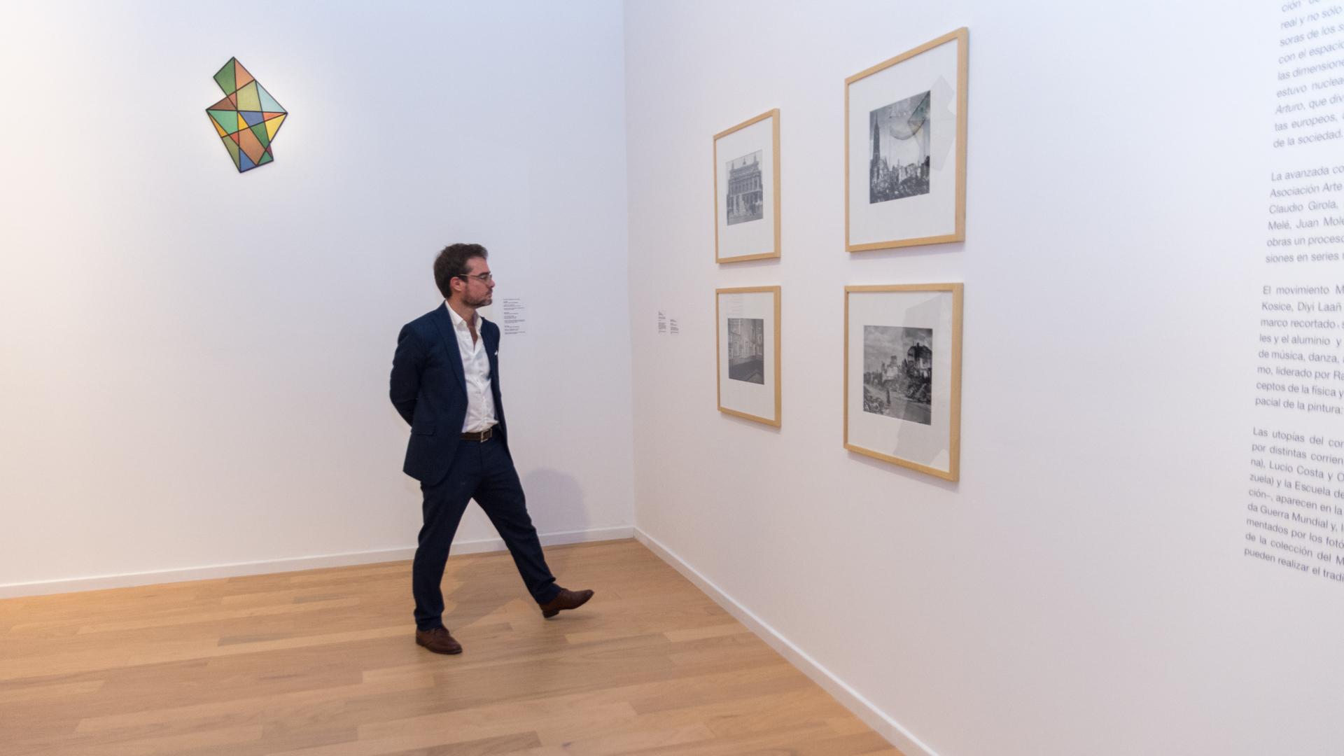 """El ministro de Cultura de la Ciudad Enrique Avogadro frente a obras de la muestra """"Historia de dos mundos"""" (Martín Rosenzveig)"""