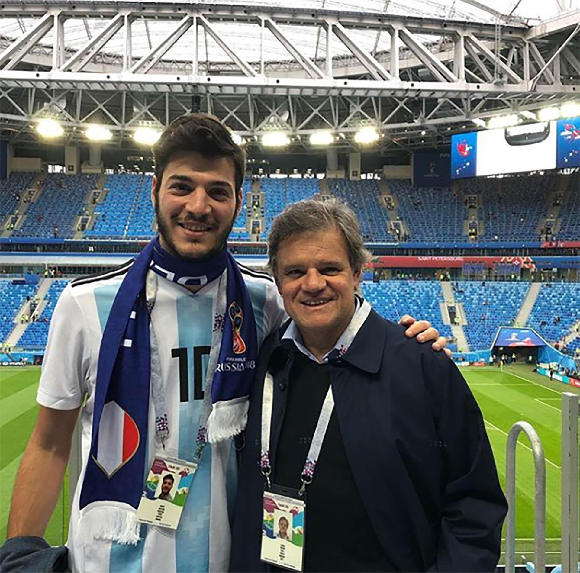 Desde Rusia, Quique Sacco posó con Agustín Funes, el hijo de Débora Pérez Volpin. El periodista tiene un fuerte vínculo con el hijo de su pareja que murió hace cinco meses (Instagram)