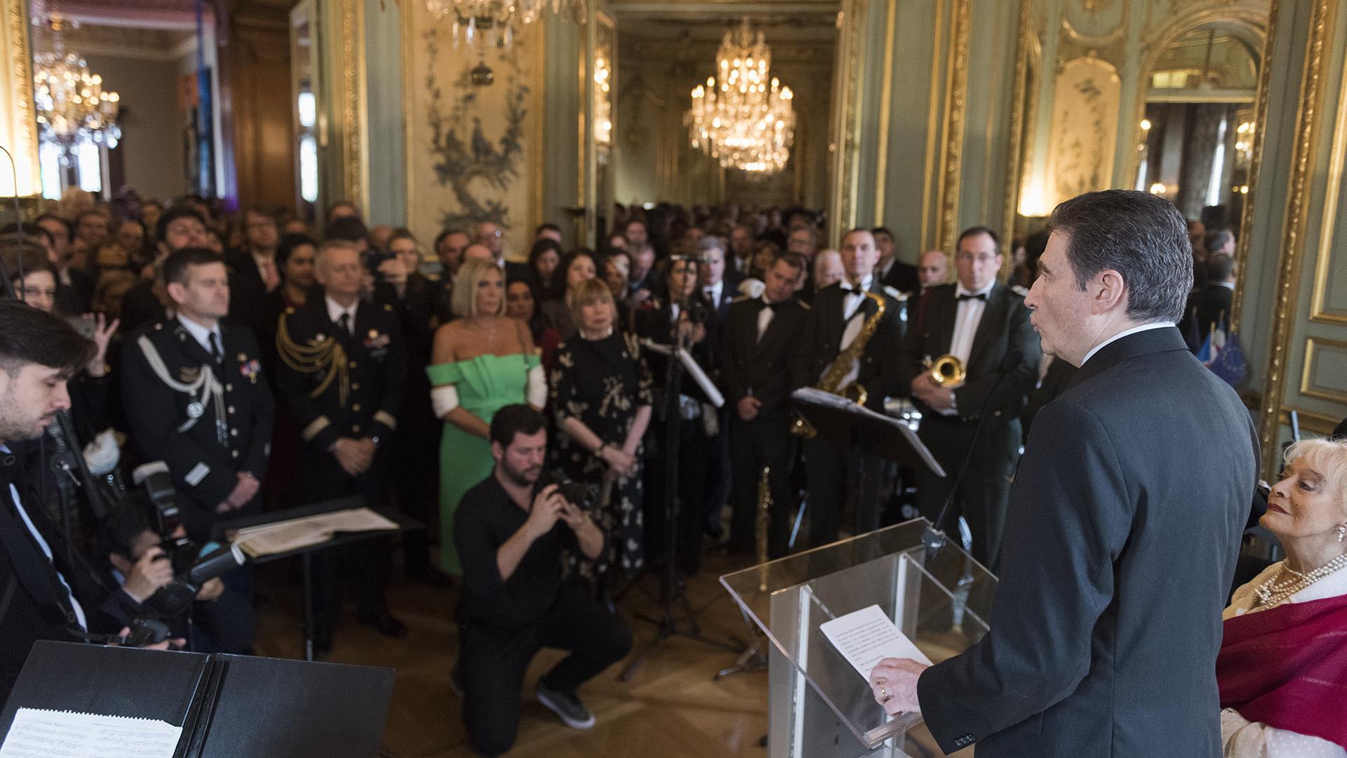 Los invitados en uno de los imponentes salones de la embajada de Francia