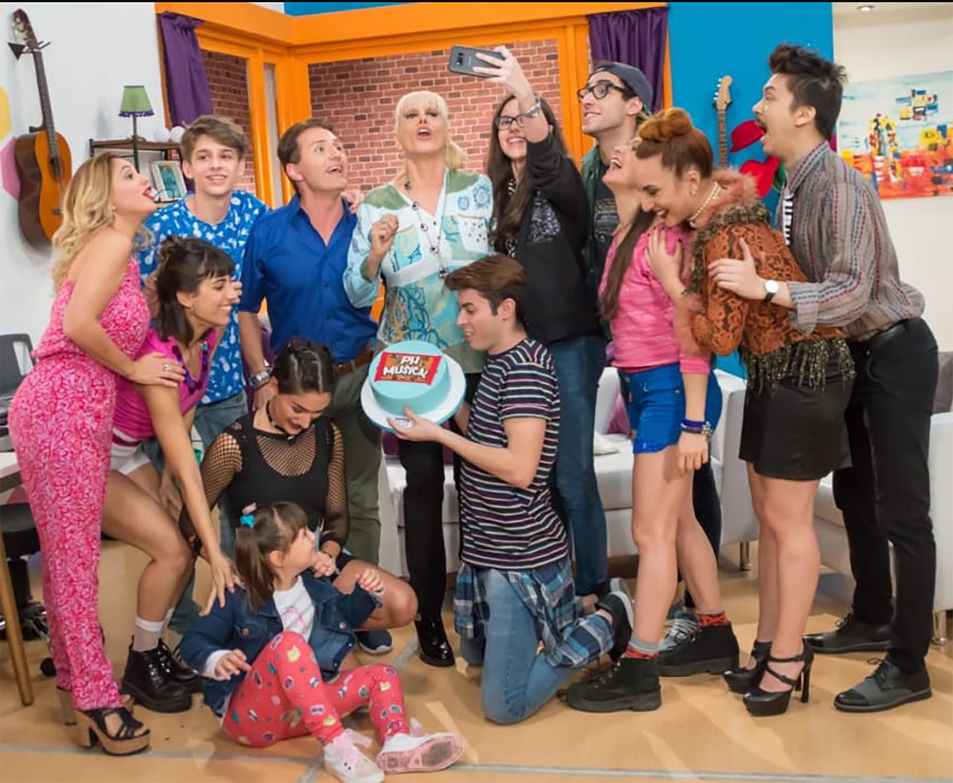 """Valeria Lynch estrenó """"PH El Musical"""", con actuaciones de los alumnos egresados de su escuela de arte, en el Teatro Regina. Daniel Gómez Rinaldi fue uno de los invitados"""