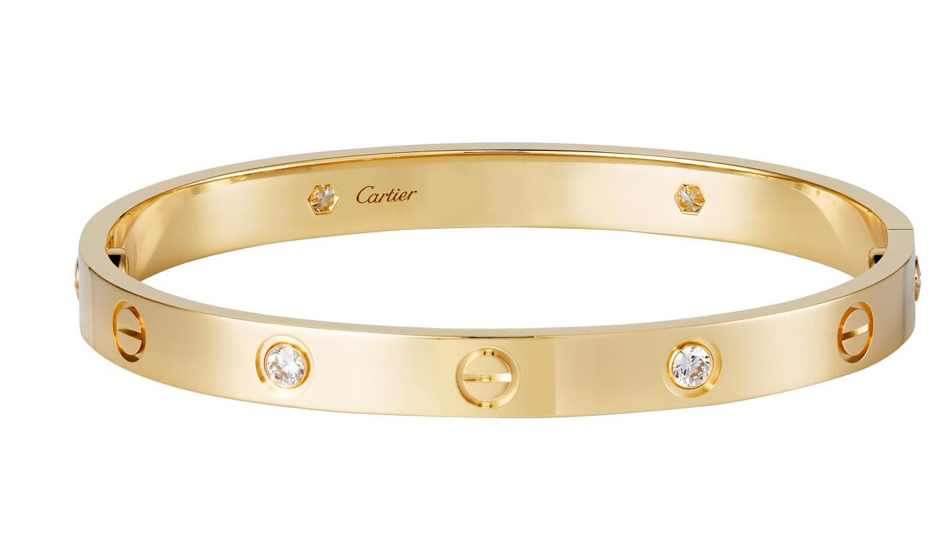 """La esclava perteneciente a la coleccón """"Love"""" tiene una gran historia detrás. Fue creada para una pequeña niña en la década de los setenta en Nueva York como un símbolo de amor. Estas pulseras se venden en oro amarillo u oro rosa de 18 quilates, engastada con 4 diamantes de 0,42, y generalmente son regaladascomo un gesto de amor y cariño hacia la otra persona (Cartier)"""