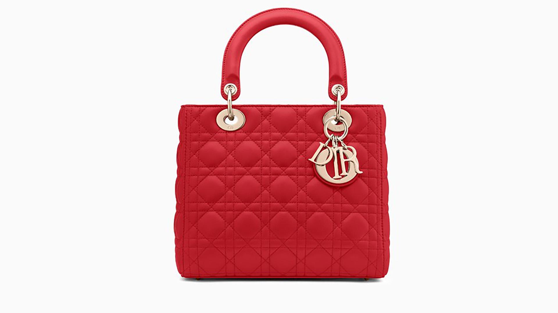 """La """"Lady Dior"""" de la firma francesa ya es un ícono de la moda. Este diseño era uno de los más usados por Lady Di y se popularizó en los noventa. Confeccionado en piel de cordero roja tiene las terminaciones en joyería de metal dorado y con doble correa para también poder usarla al hombro. Este bolso tiene dos versiones mas pequeñas, una """"medium"""" y la """"mini Lady Dior"""" (Dior)"""