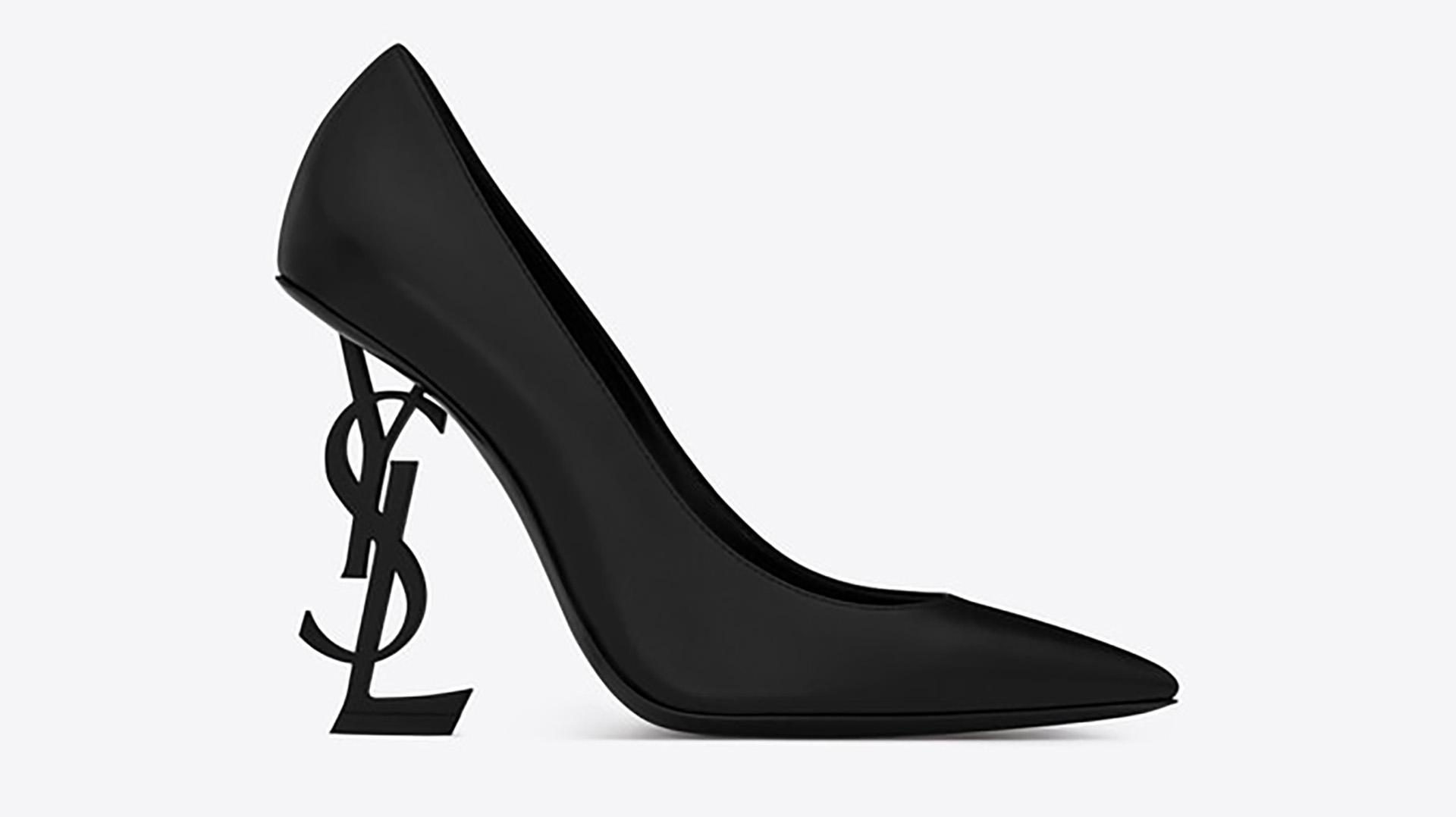 Aunque estos son uno de los diseños más recientes de Saint Laurent, identifican a la marca por su originalidad: llevan en su taco las iniciales de la firma realizadas en metal. De cuero y fabricados en Italia, su precio online es de 995 dólares