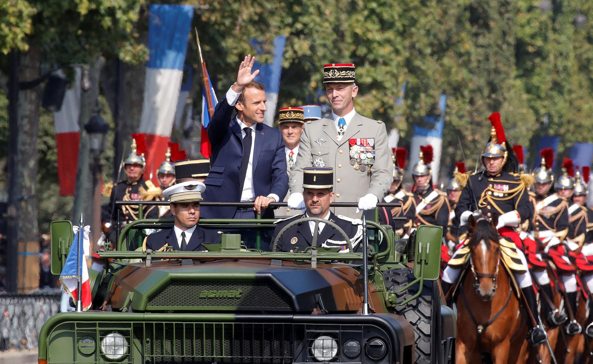 La espera del partido, que los franceses dan ya prácticamente por ganado, sirvió para hacer resurgir los valores patrióticos y los colores de la bandera que hoy con más motivos lucían los ciudadanos en las calles de París, también en el margen del acto militar, en los Campos Elíseos
