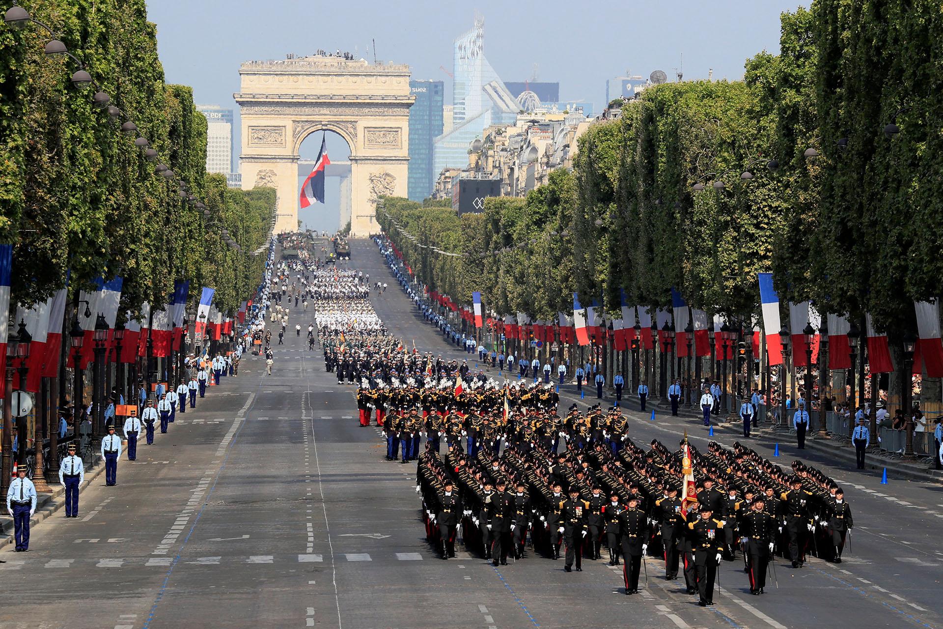 """La afición de los """"Bleues"""" también se coló en la marcha donde los estudiantes de la Politécnica, habituales en el desfile, aparecieron a primera hora tras una pancarta en la que se leía: """"Todos con el equipo de Francia"""""""