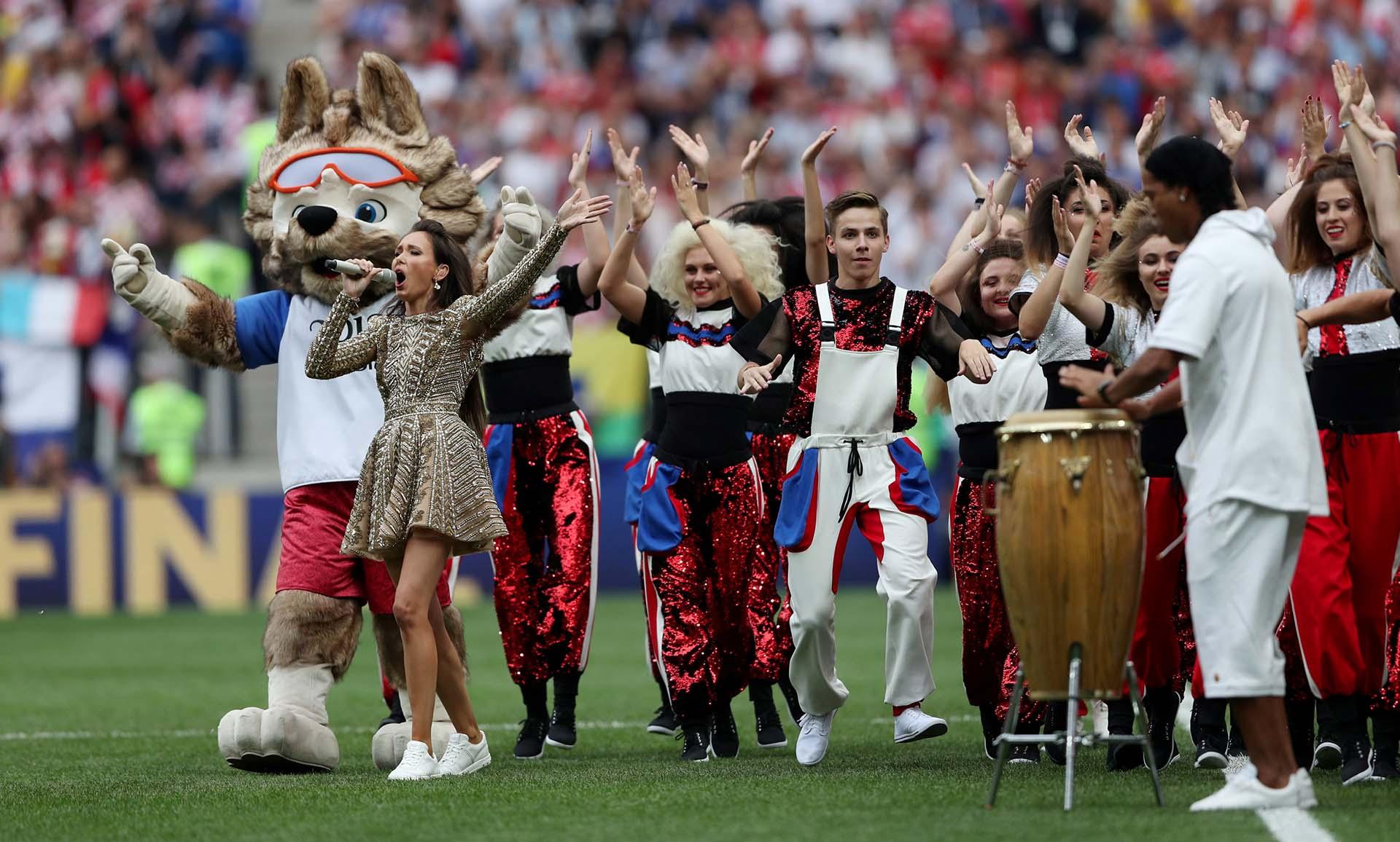 Así como el show inaugural estuvo a cargo Robbie Williams, en este caso fueron tres los artistas que protagonicen la ceremonia de cierre