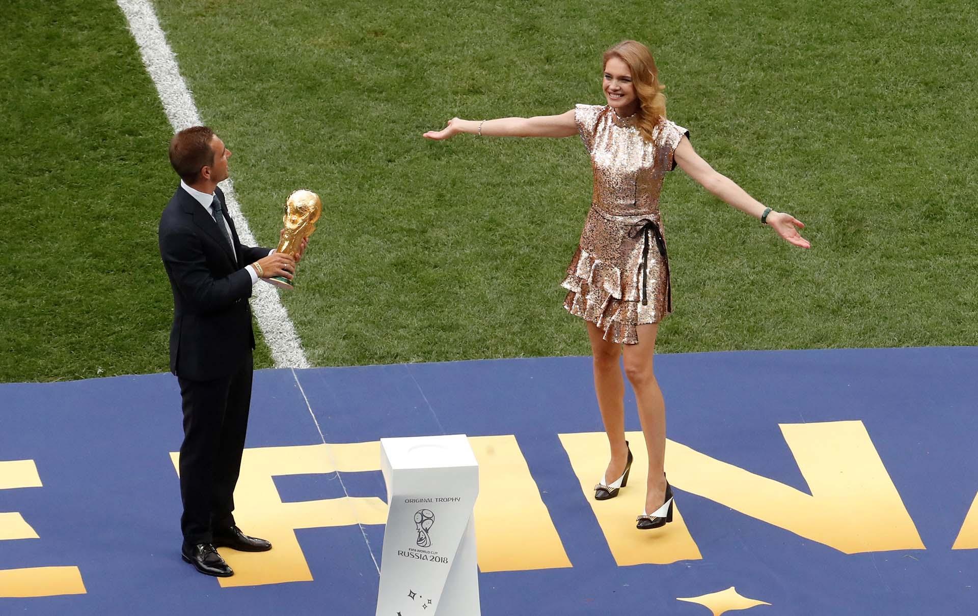 El ex futbolista alemán Philipp Lahm y la modelo rusa Natalia Vodianova llevaron la Copa