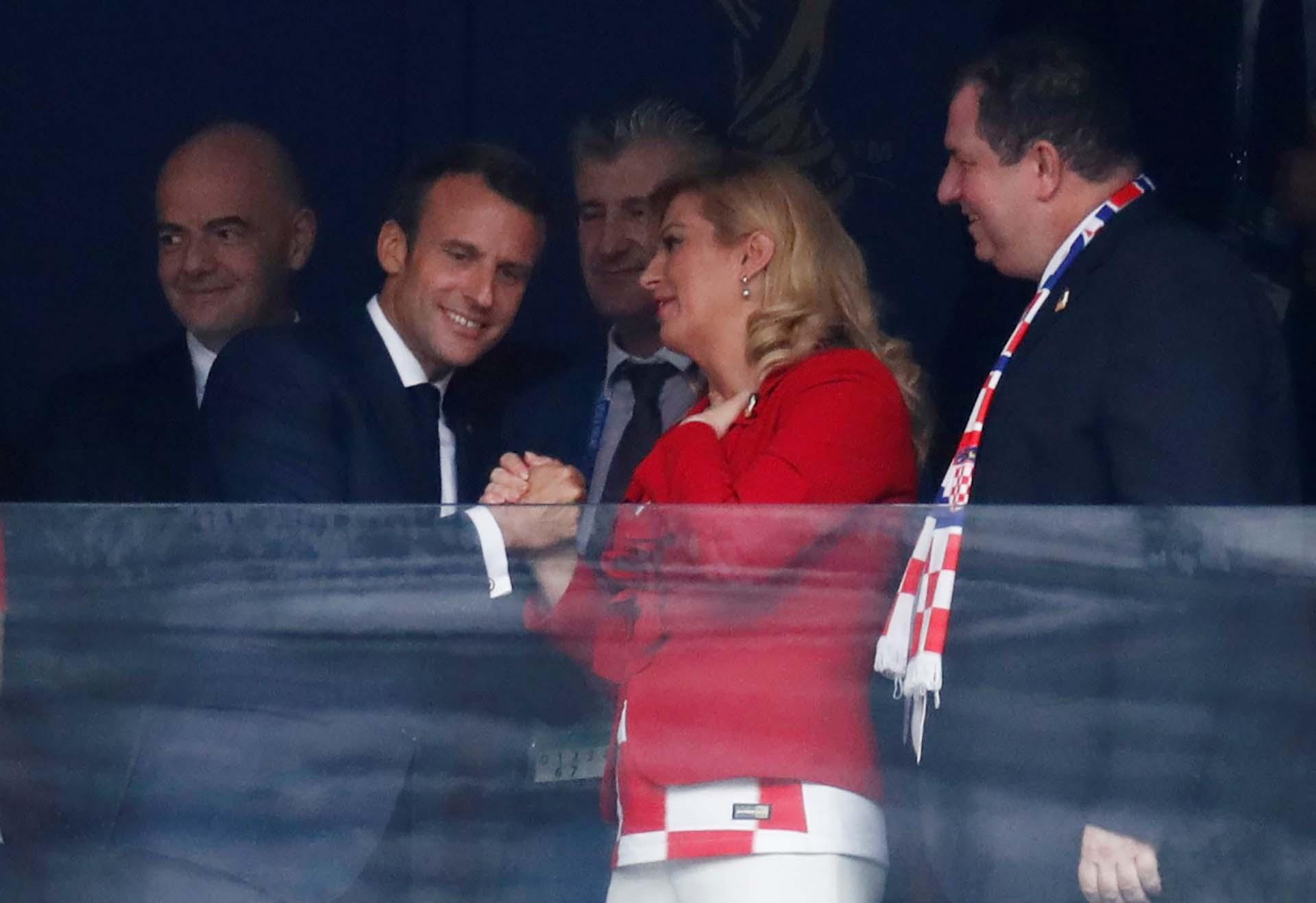 Los presidentes de Francia y Croacia se saludan