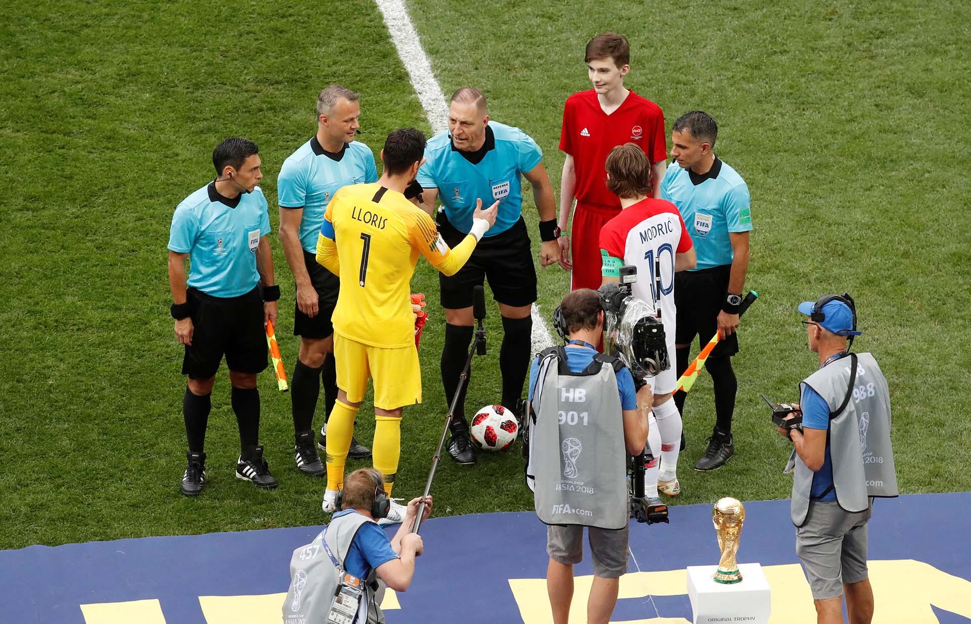 Junto a Néstor Pitana y Juan Pablo Belatti en el sorteo de capitanes de la última final del mundo entre Francia y Croacia (REUTERS/Christian Hartmann)