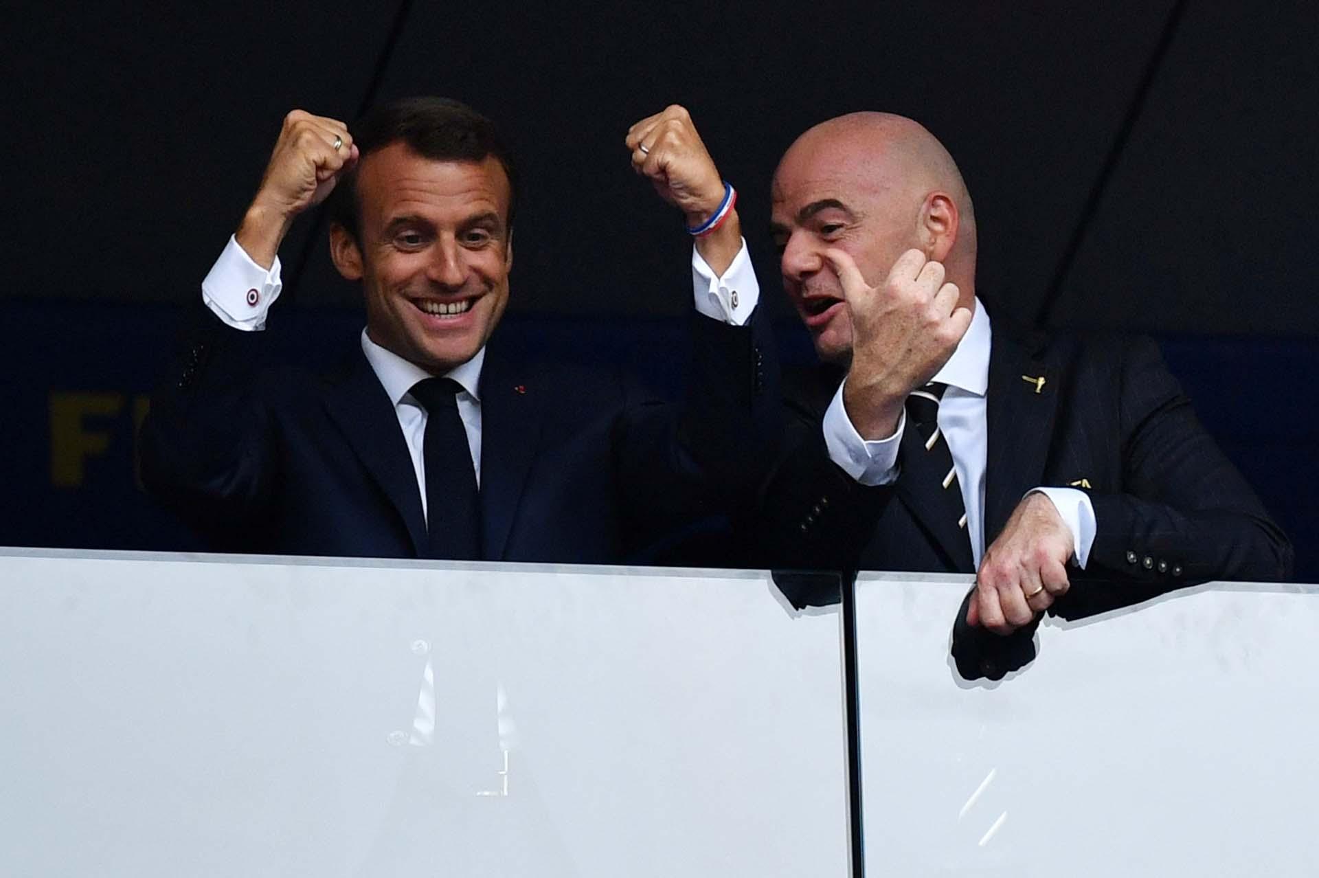 Macron festeja junto a Infantino