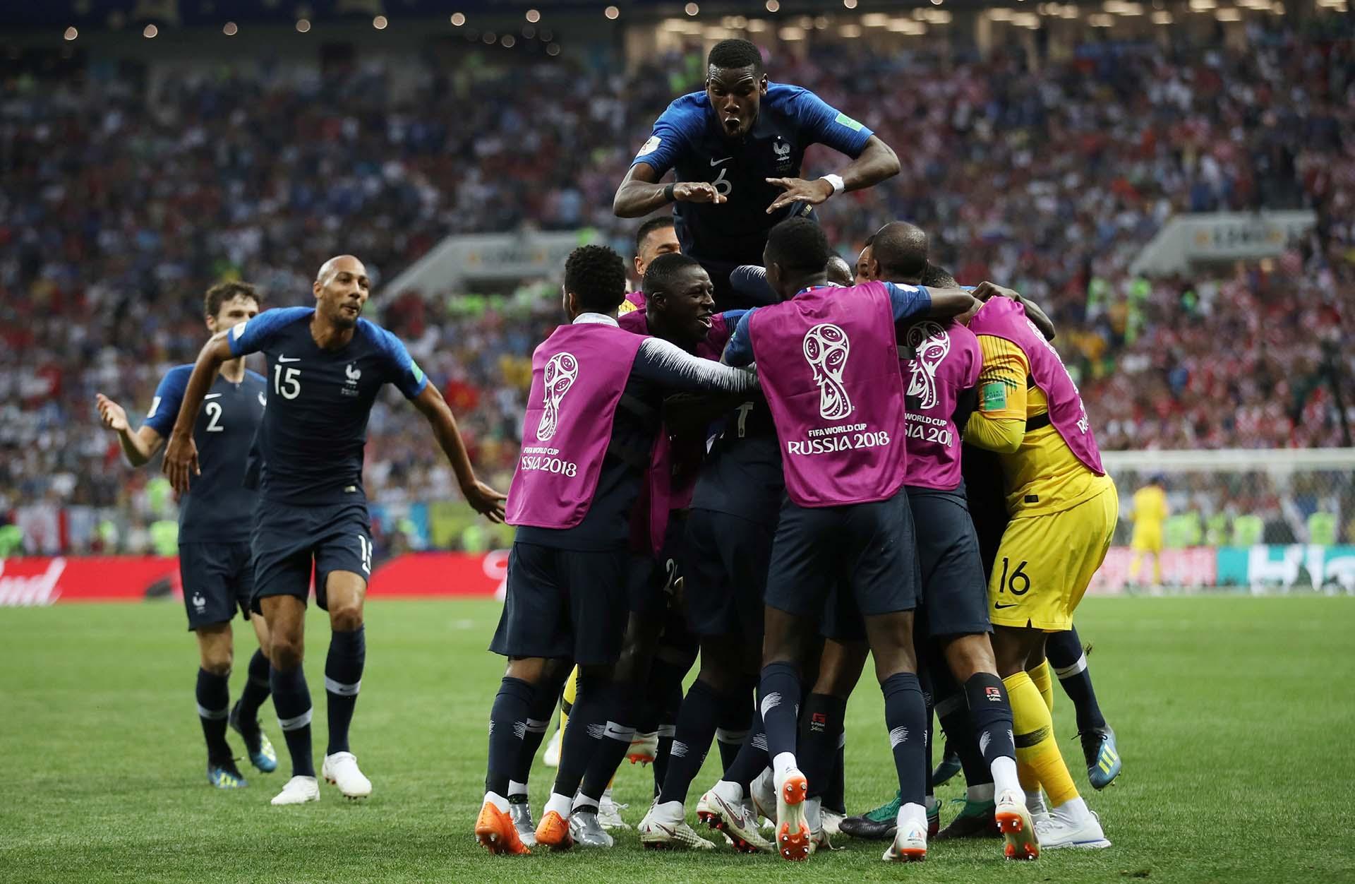 Brotaron las sonrisas, las lágrimas y los abrazos entre futbolistas y cuerpo técnico, quienes coronaron una campaña espectacular con el título más ansiado