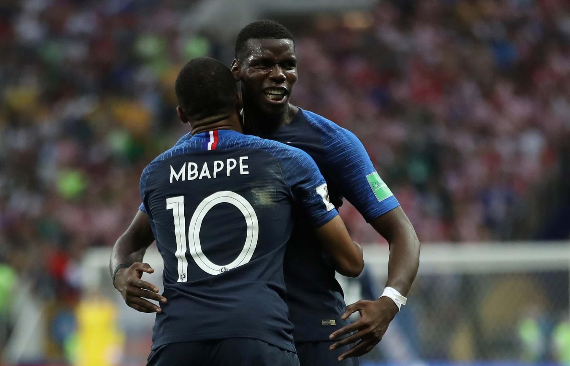 El abrazo de Mbappé y Pogba