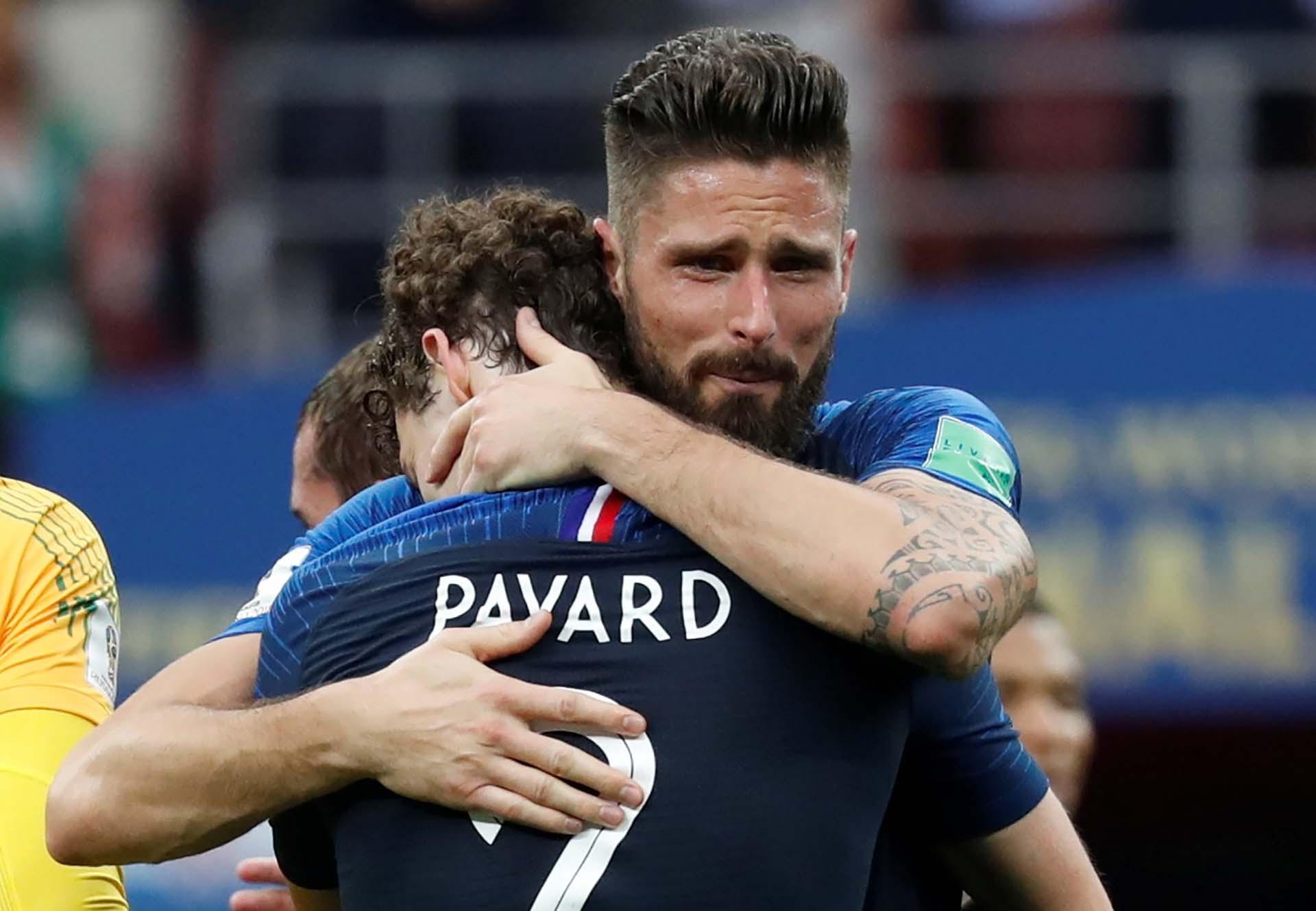 El llanto de Giroud en su abrazo con Pavard