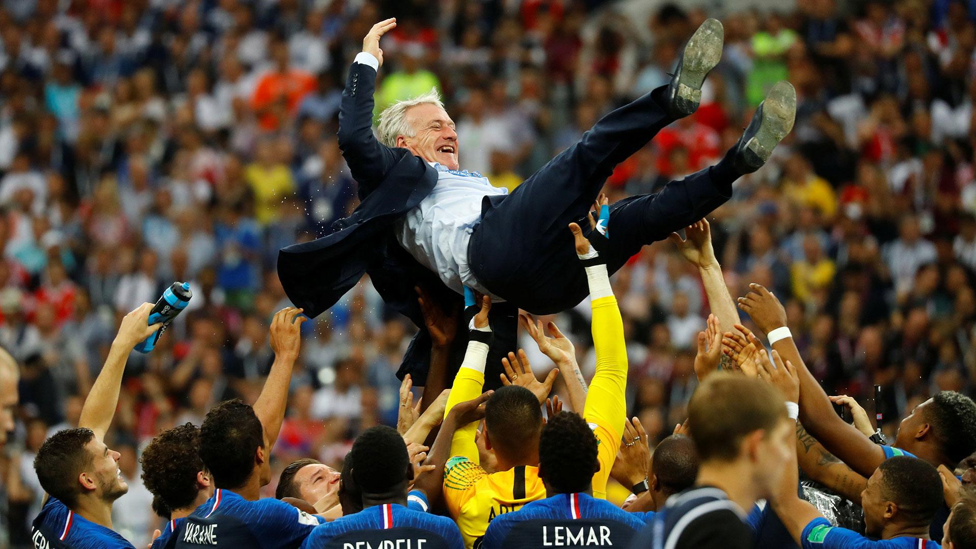 Los jugadores campeones elevaron en vilo a Didier Deschamps (Reuters)