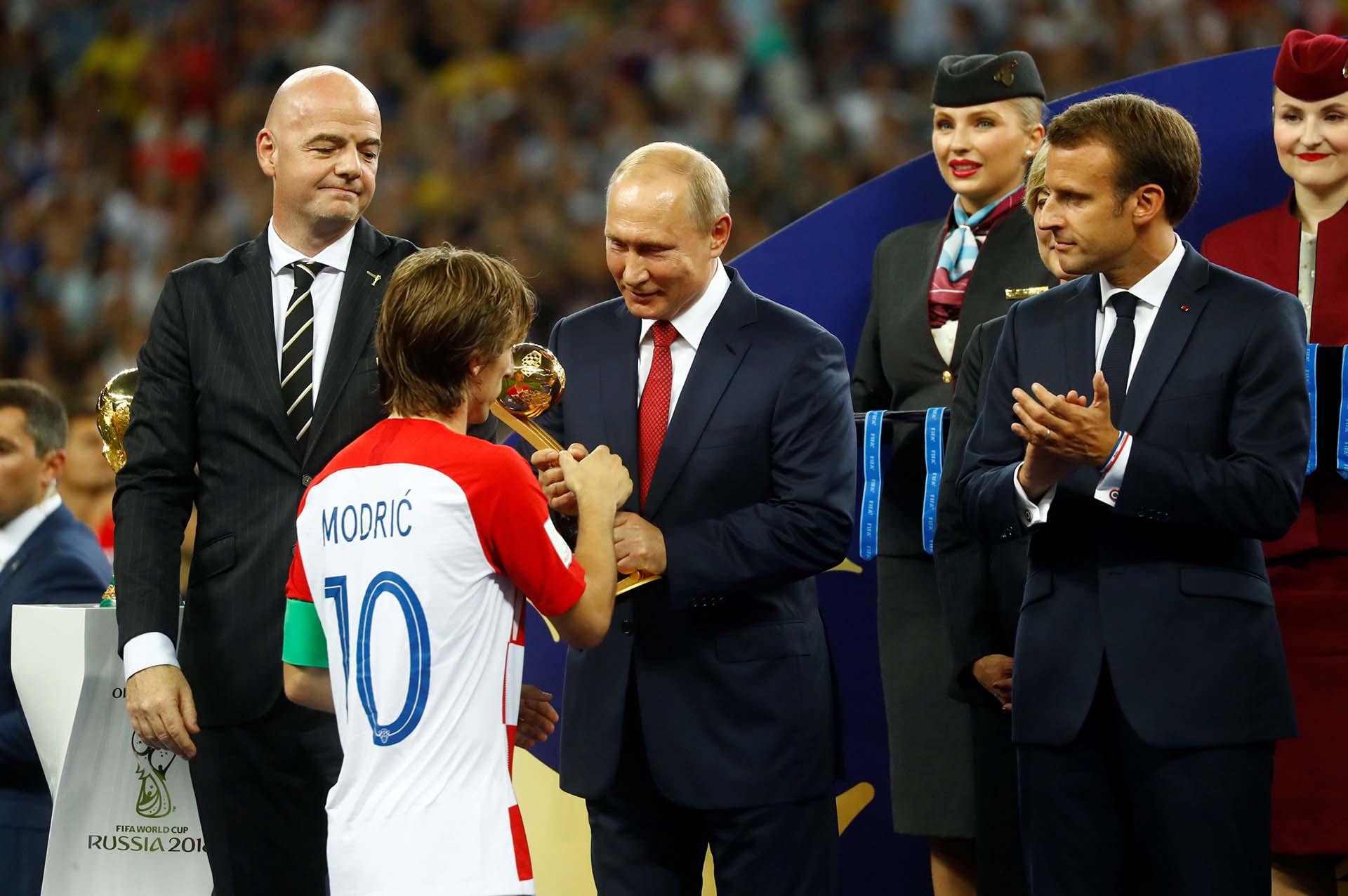 Modric recibe el premio al mejor jugador del Mundial de manos de Putin