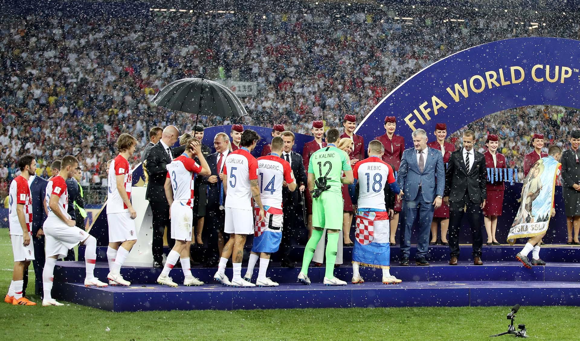Los croatas reciben la medalla del segundo puesto