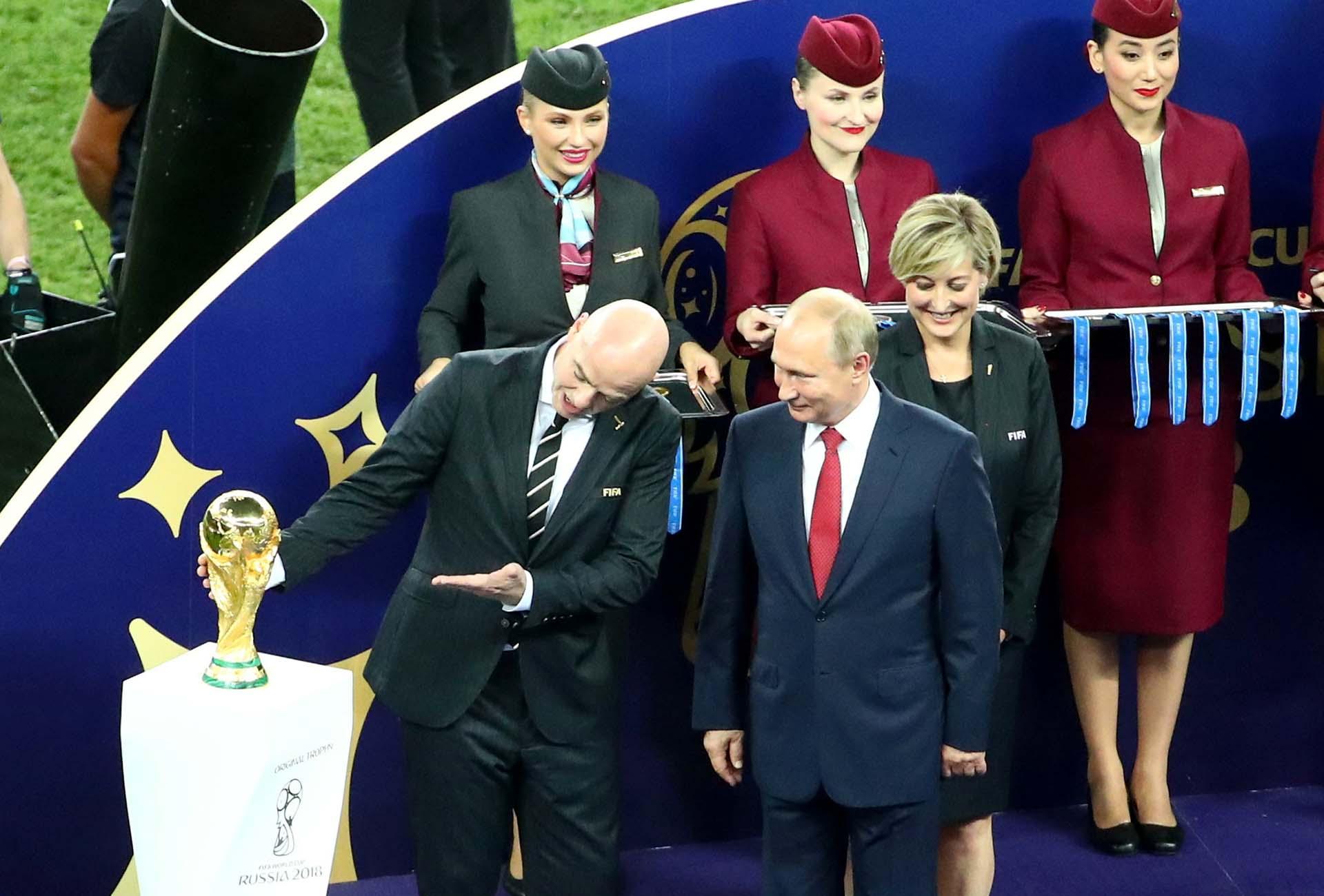 Infantino exhibe la copa ante Putin