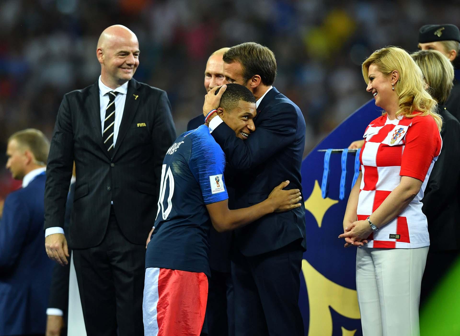 El abrazo de Mbappé con Macron