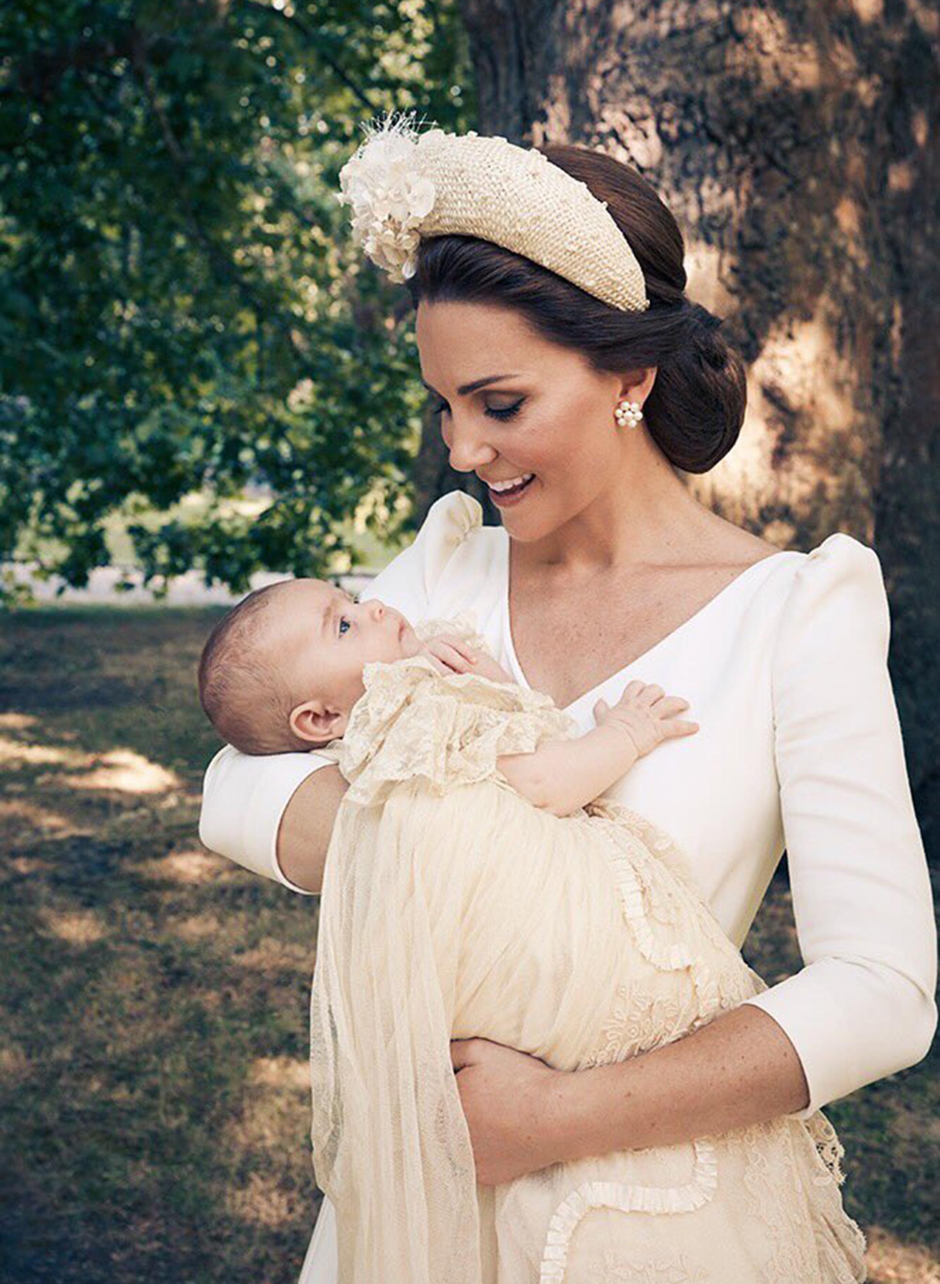 Kate Middleton sostiene en brazos al príncipe Louis, de dos meses y medio