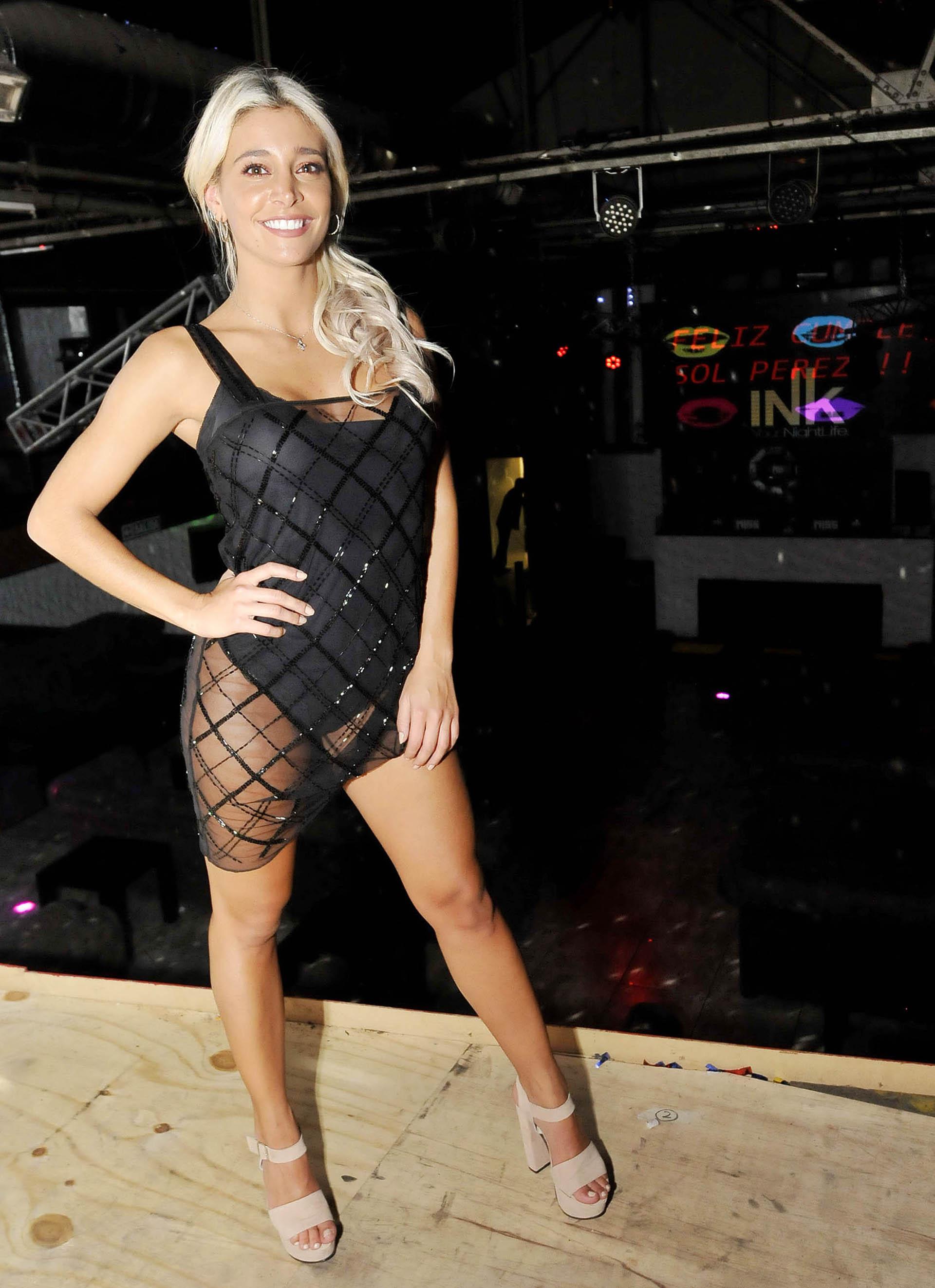 La modelo lució un vestido muy sensual negro con transparencias (Veronica Guerman / Teleshow)