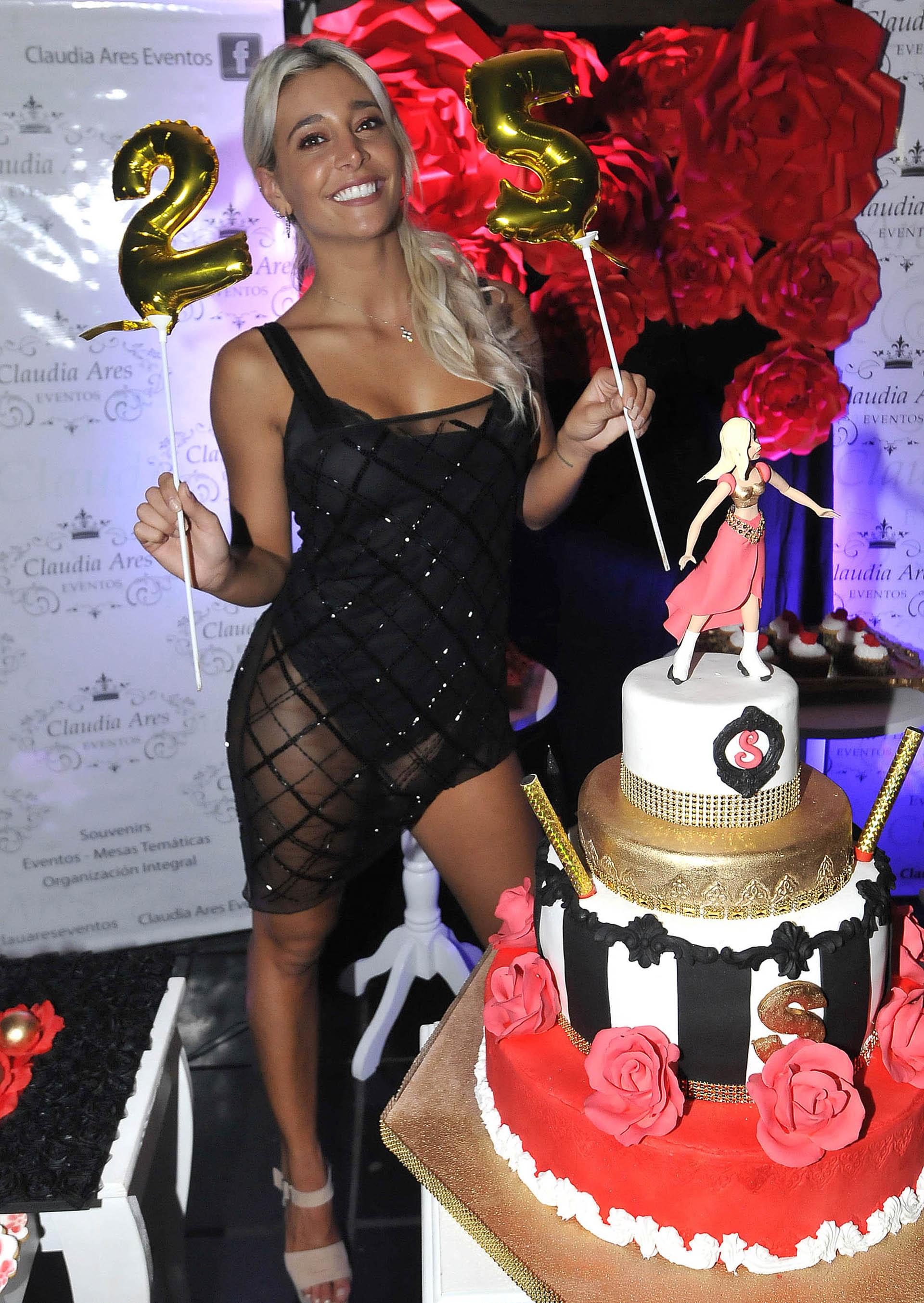 La torta de cumpleaños tenía en su centro una muñeca con patines. Cuando era chica solía practicar este deporte y todavía sigue siendo una de sus pasiones