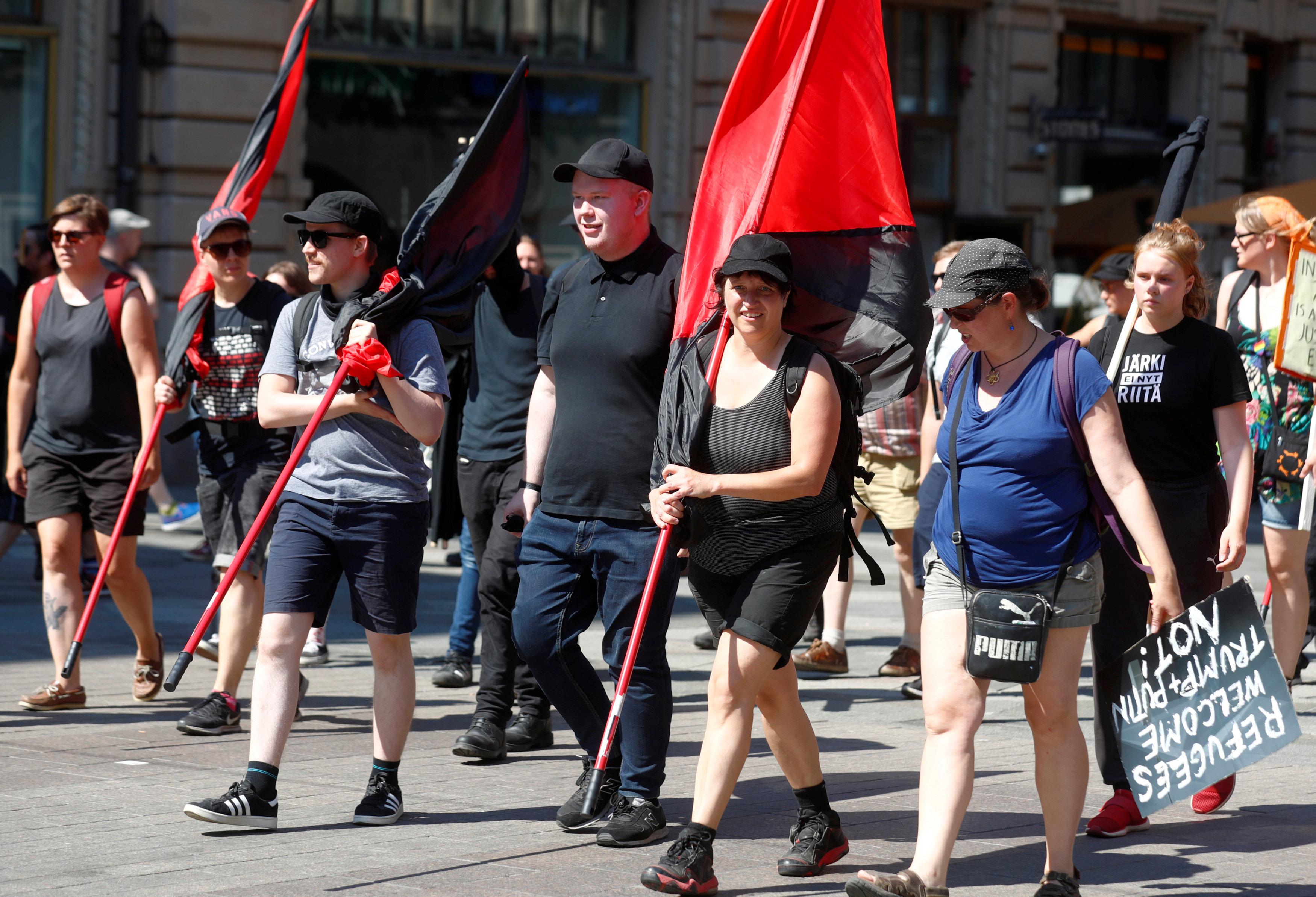 Una pequeña manifestación contra Trump fue organizada este lunes, de menor tamaño que la del domingo
