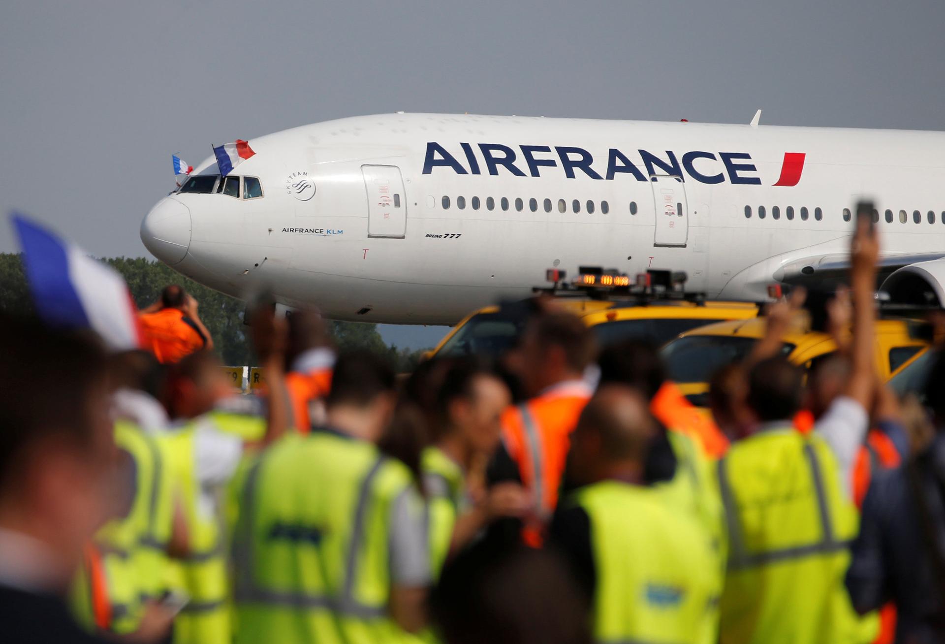 La selección francesa aterrizó temprano este lunes en París