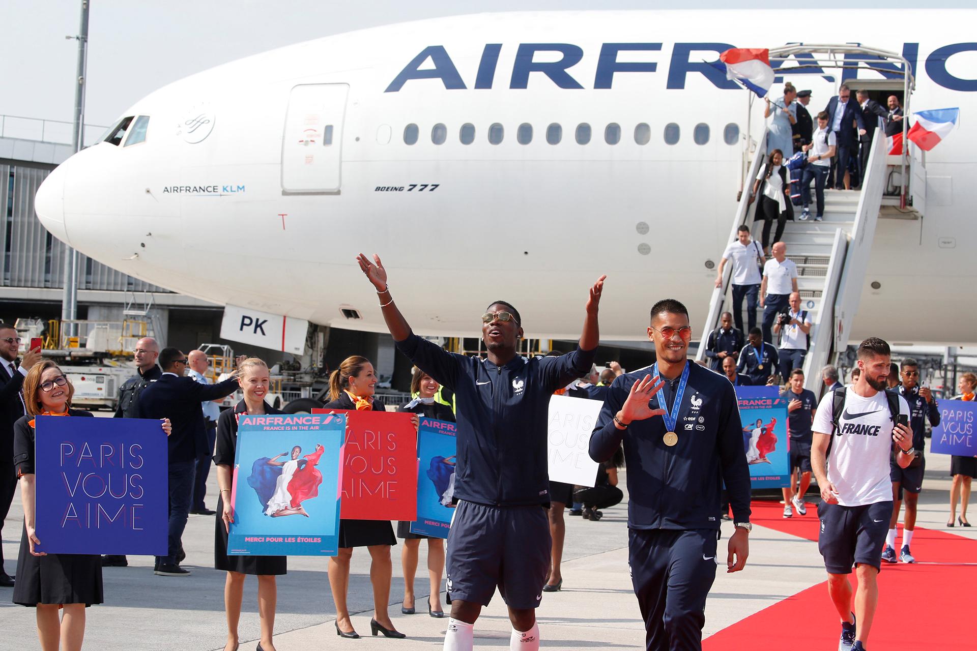 Las azafatas de la aerolínea les realizaron un pasillo a los futbolistas que caminaron por una alfombra roja