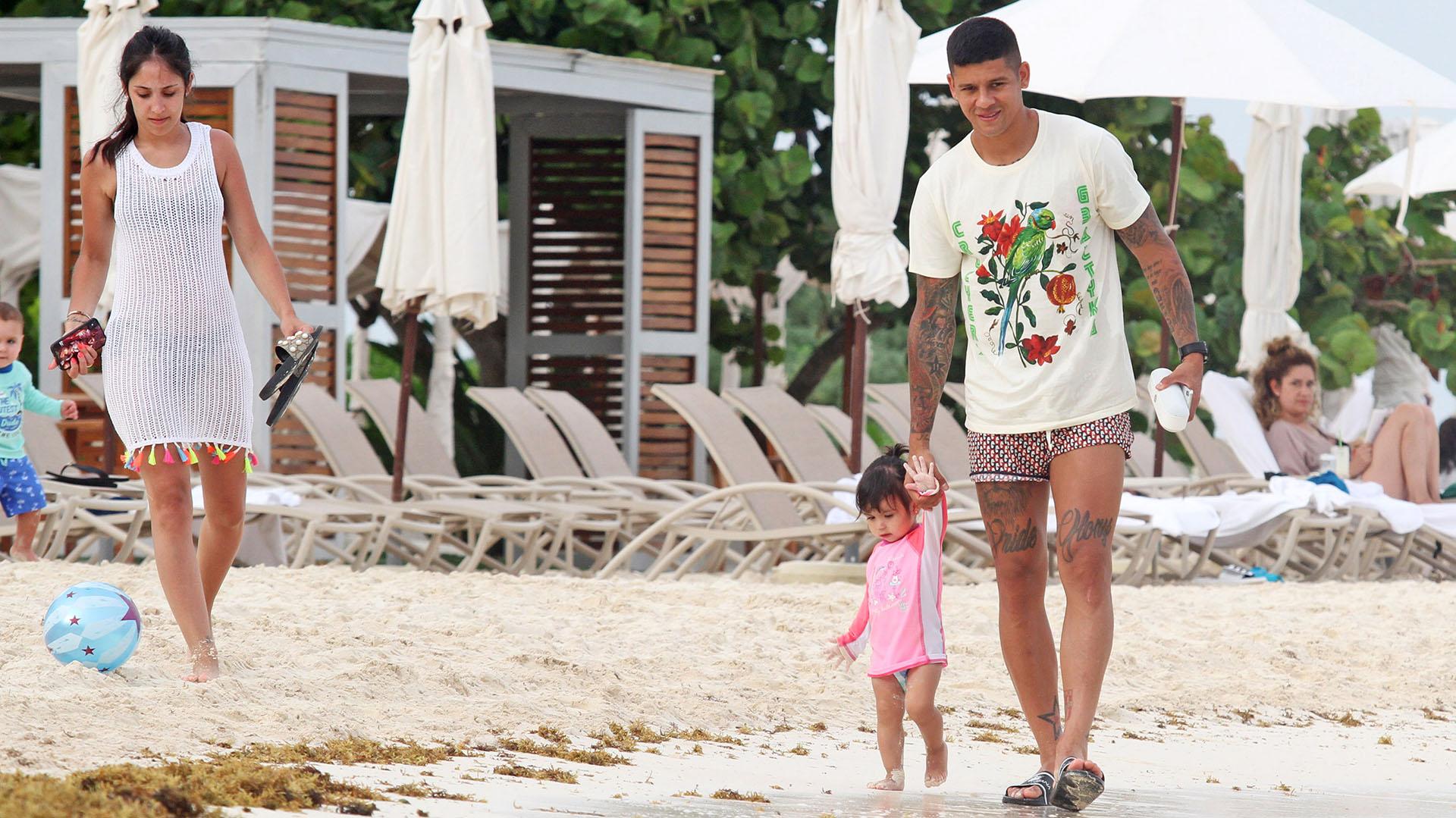 Eugenia, Marcos y Morena, caminando por las playas de Tulum (Photo©2017: Splash News/ Grosby Group)