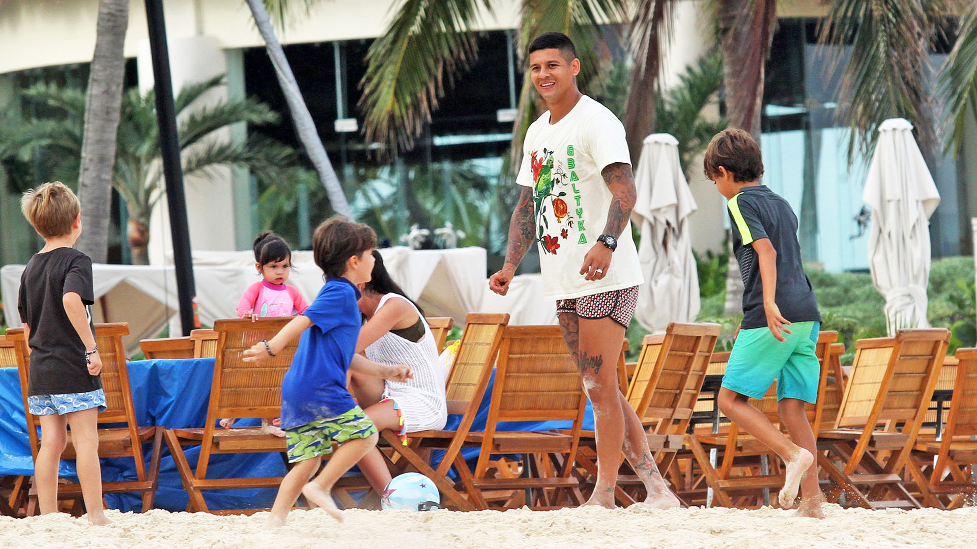 En la playa, Marcos jugó a la pelota con un grupo de chicos (Photo©2017: Splash News/ Grosby Group)