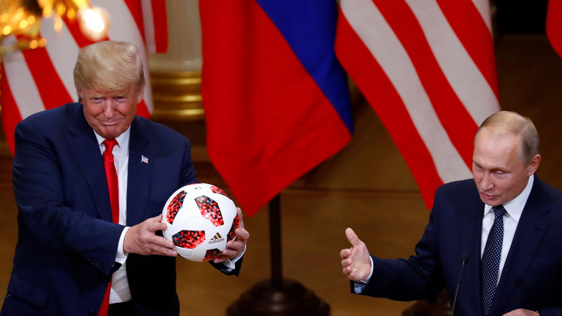 En una de las escenas curiosas de la tarde, Putin le entregó una pelota a Trump como metáfora del turno de actuar