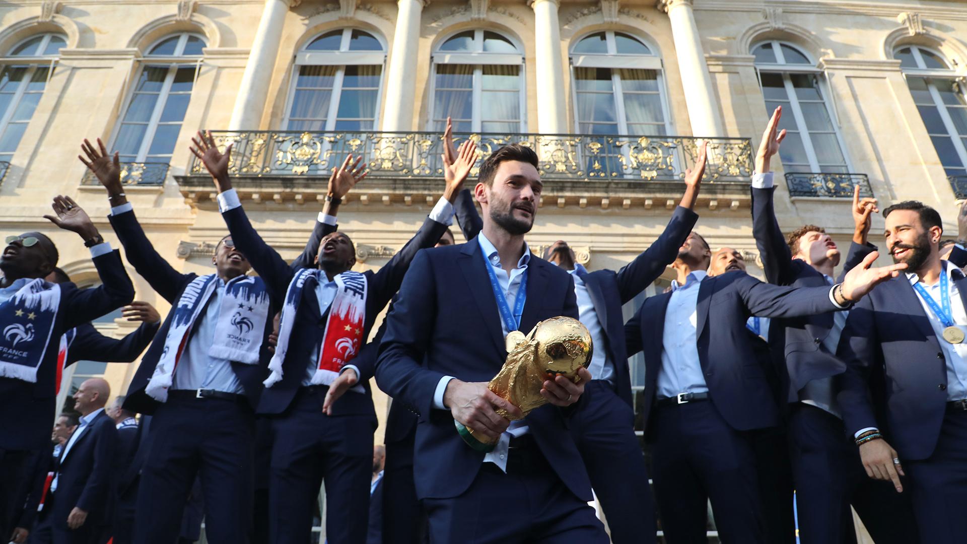 Allí le mostraron el trofeo a los miles de aficionados que se acercaron