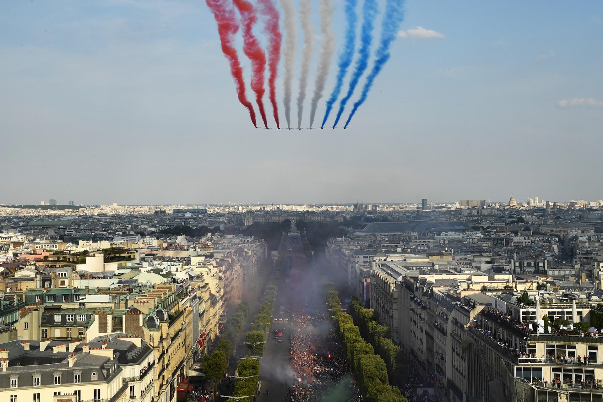 The Patrouille, los jets realizaron una performancepara pintar el cielo de París