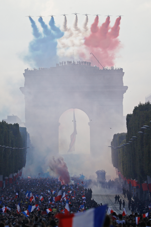 Miles de personas coparon las calles con banderas y bengalas de humo