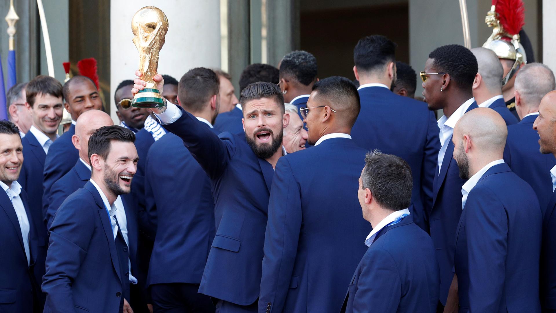 Olivier Giroud, que no marcó goles en el Mundial, feliz con el trofeo
