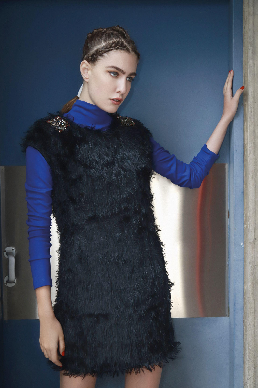 Vestido corto de pelo largo sintético con apliques en los hombros ($ 3.390, Custo Barcelona) y polera de algodón ($ 978, Ayres).(Foto: Conejo Collins/ Para Ti)