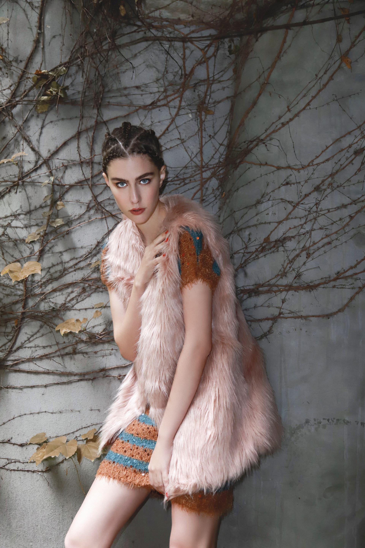 Chaleco de pelo largo sintético ($ 750, XL Extra Large) y vestido a rayas con lentejuelas ($ 2.980, Custo Barcelona).(Foto: Conejo Collins/ Para Ti)