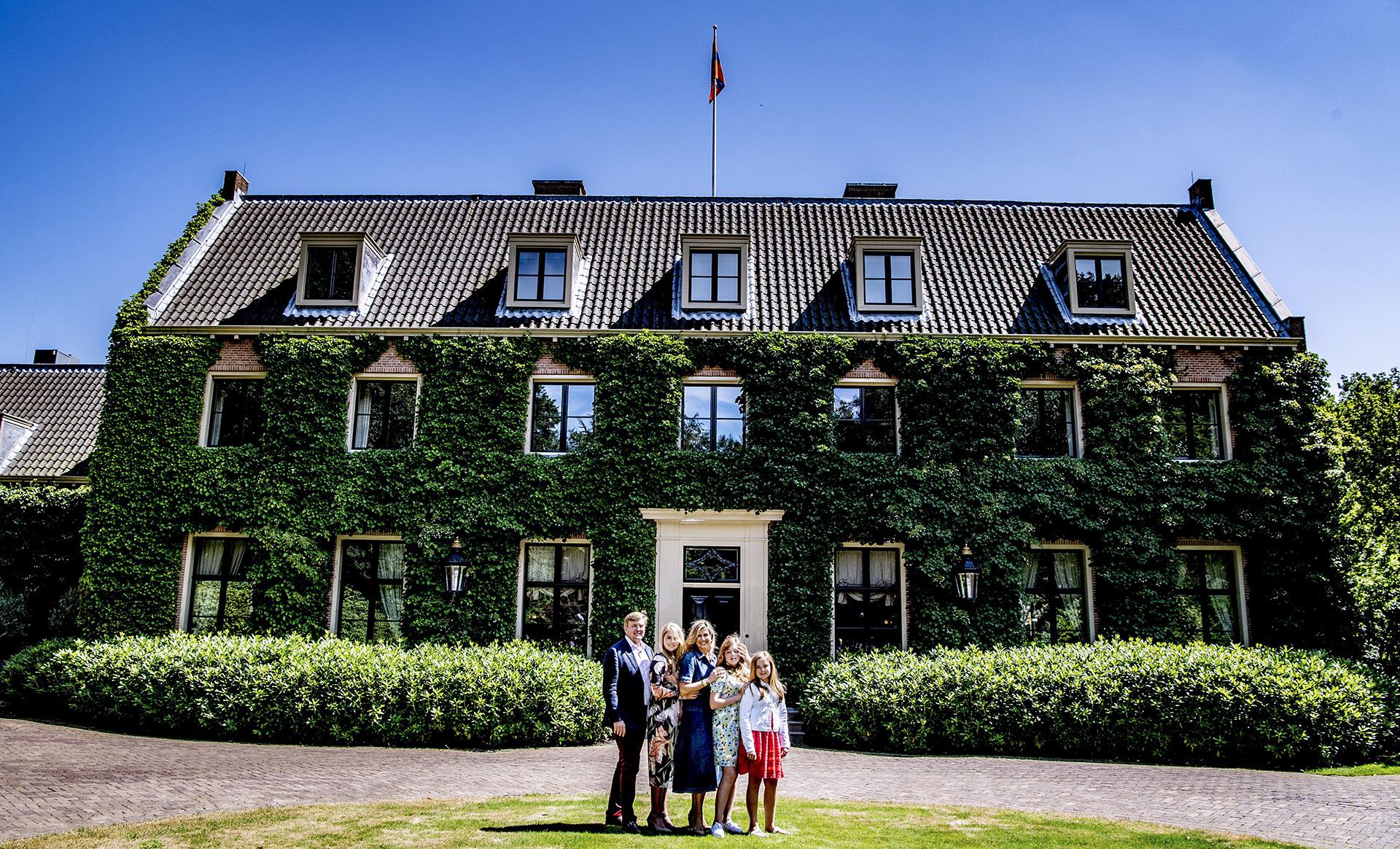 En esta oportunidad, los reyes y las princesas posaron en el jardín de su residencia de Villa Eikenhorst, en Wassenaar, cerca de La Haya