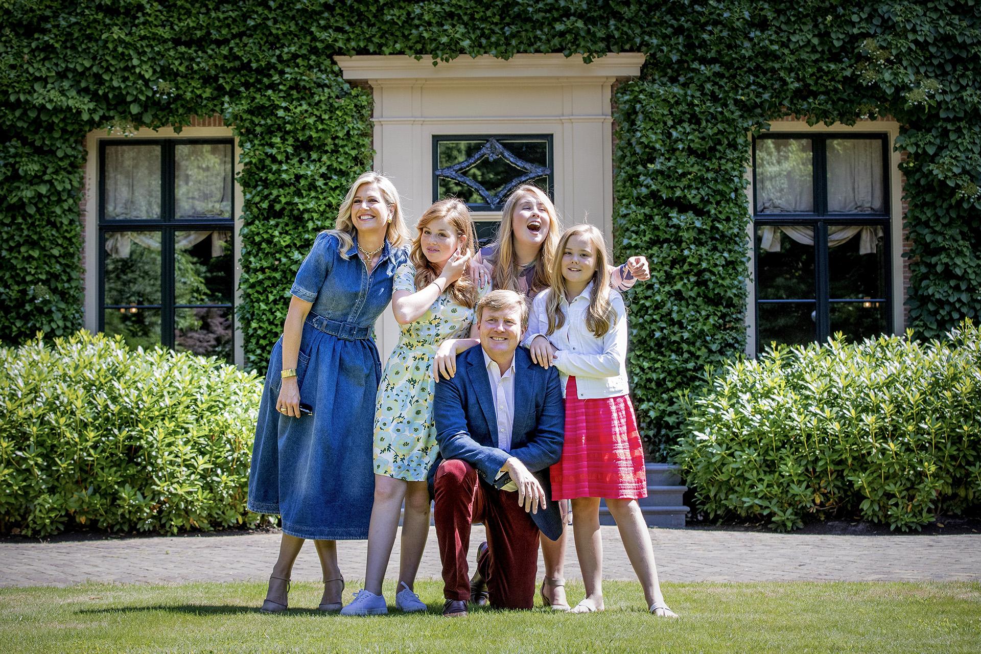Guillermo y Máxima de Holanda junto a sus tres hijas Amalia, de 14 años, Alexia, de 13 y Ariane, de 11