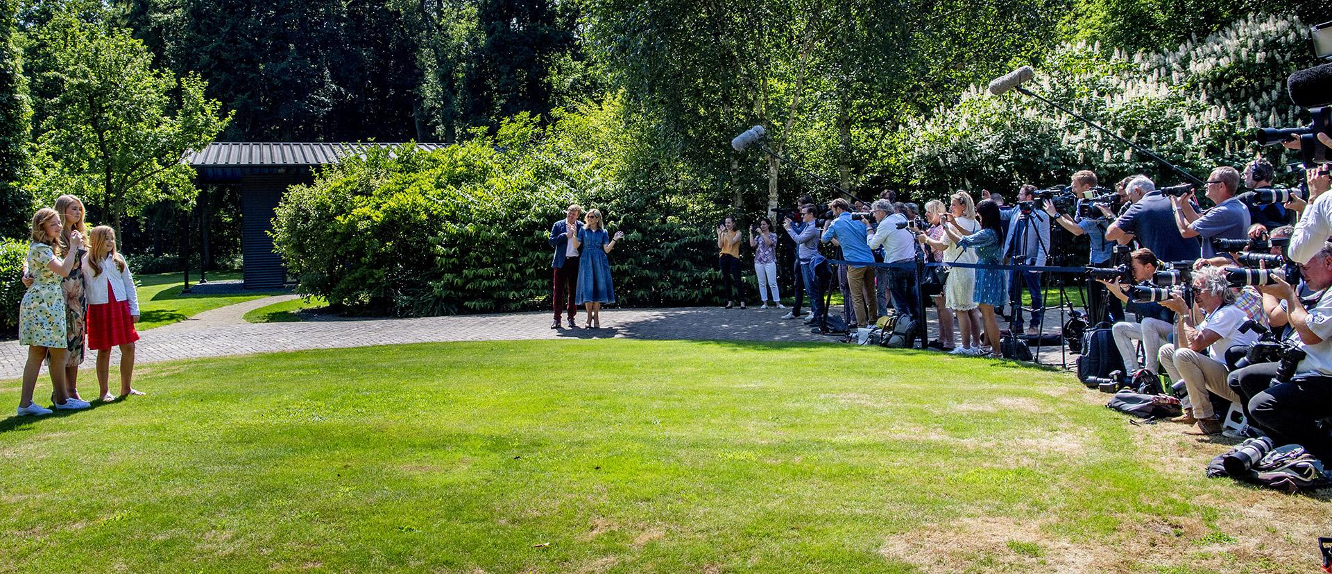 La prensa nacional e internacional durante el tradicional posado de verano de los reyes y las princesas de Holanda /// Fotos: AFP – EFE