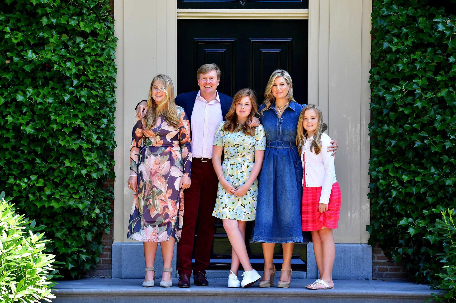 Máxima y Guillermo de Holanda junto a sus tres hijas durante el tradicional posado fotográfico, previo al inicio de su receso de verano