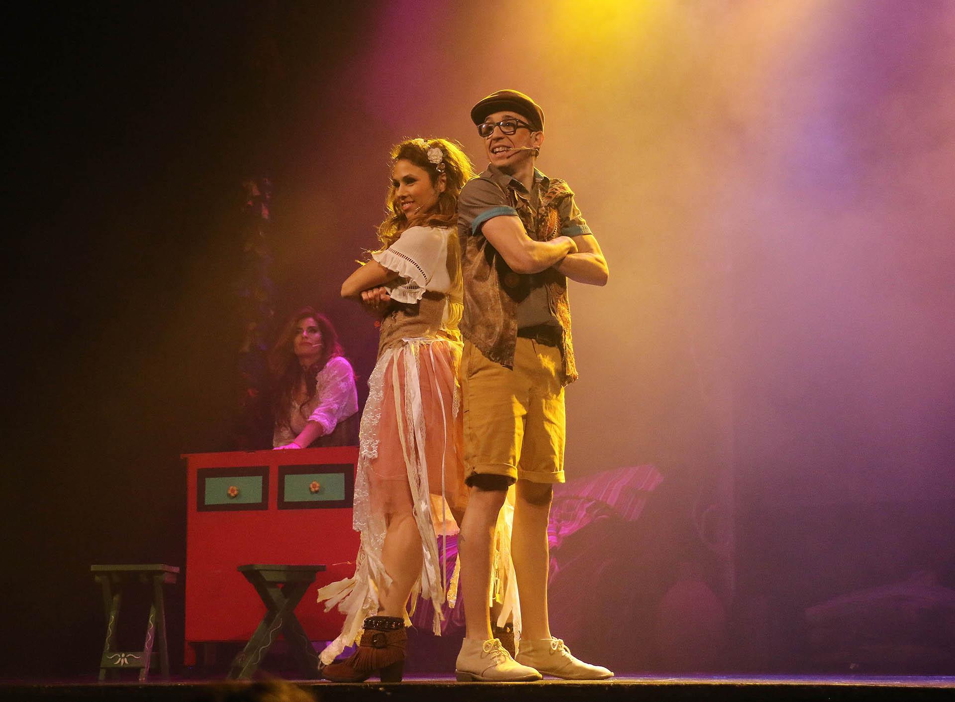 """Barby Silenzi y Rodrigo Noya realizaron una función de prensa del infantil """"El mundo de Hansel y Gretel"""" en el Regina. Se rumorea que la bailarina y el actor tienen un romance (Veronica Guerman / Teleshow)"""