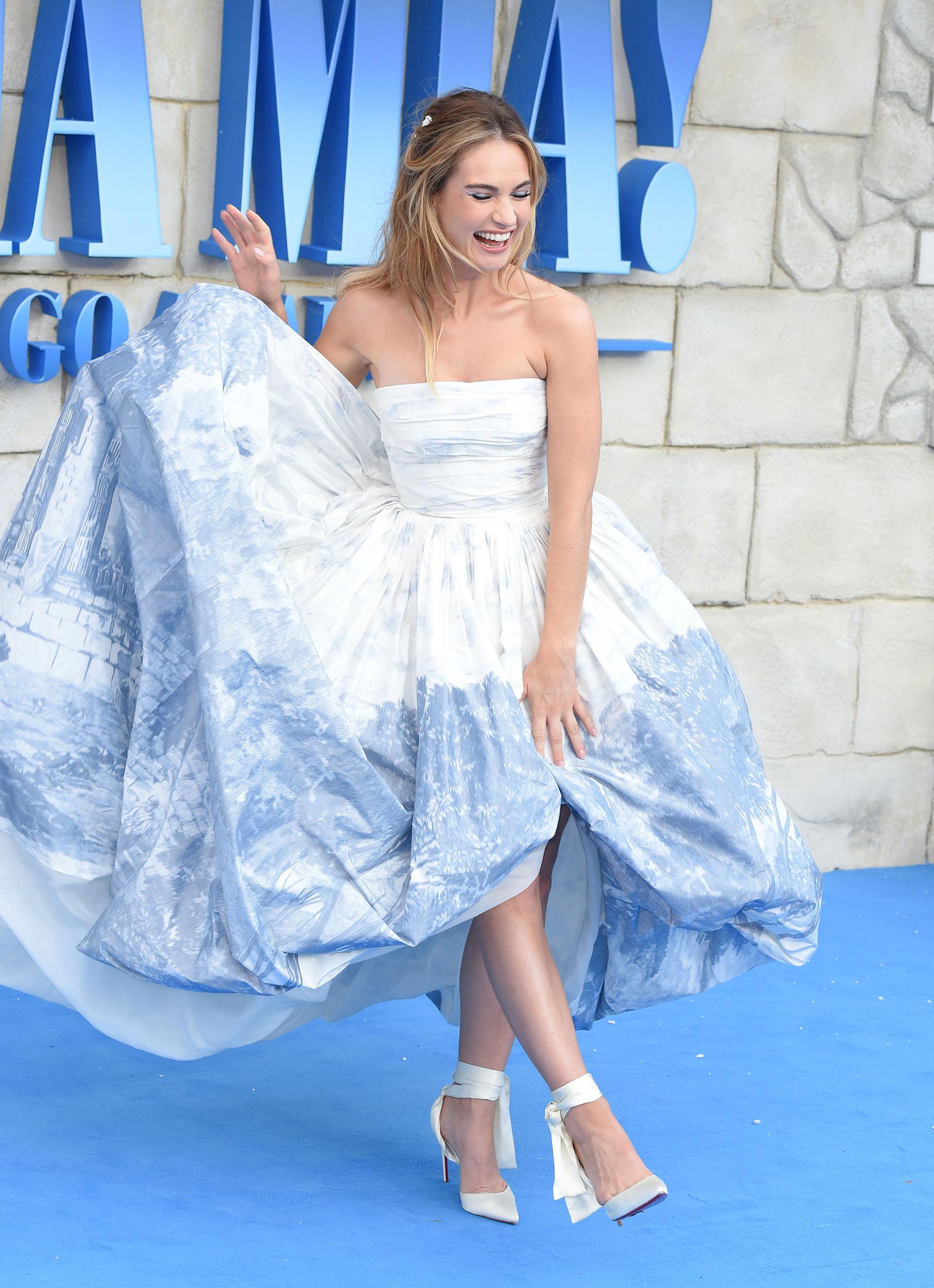 Lily James con un fabuloso vestido strapless
