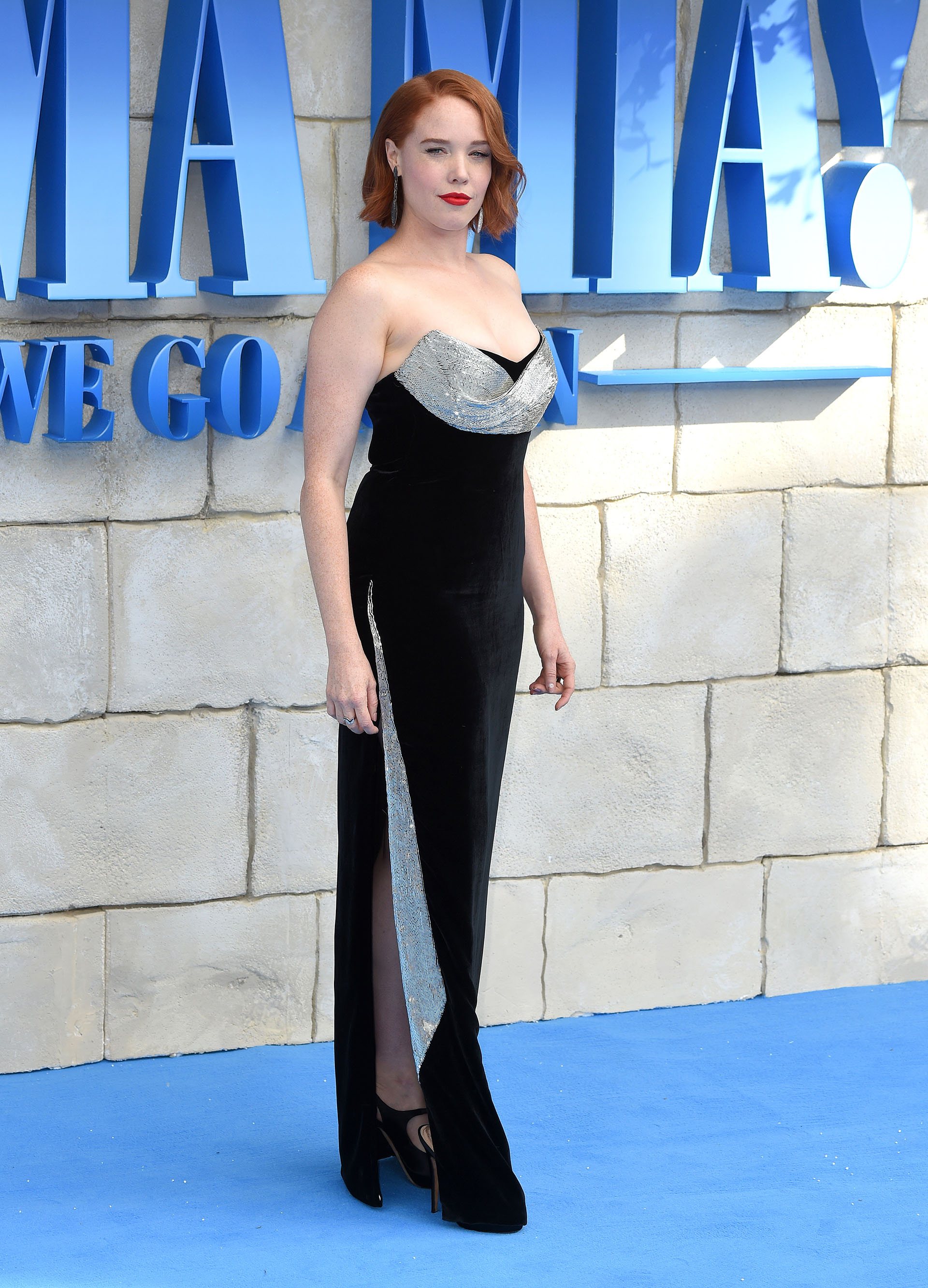 Jessica Keenan Wynn con un vestido de gala con abertura lateral y escote strapless