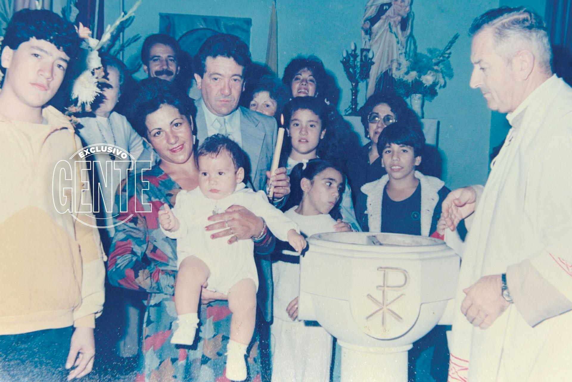 En el bautismo de su primo. A pocos metros de él, su papá Gabriel (a quien le compuso el tema Homero) sostiene el cirio.