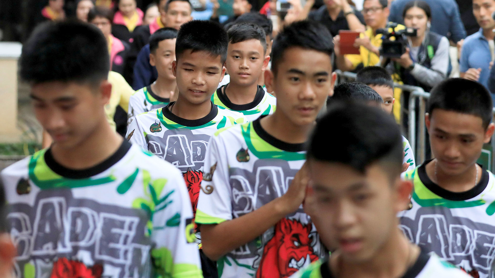 Todos los menores vestían el uniforme de los Jabalíes Salvajes el equipo de fútbol