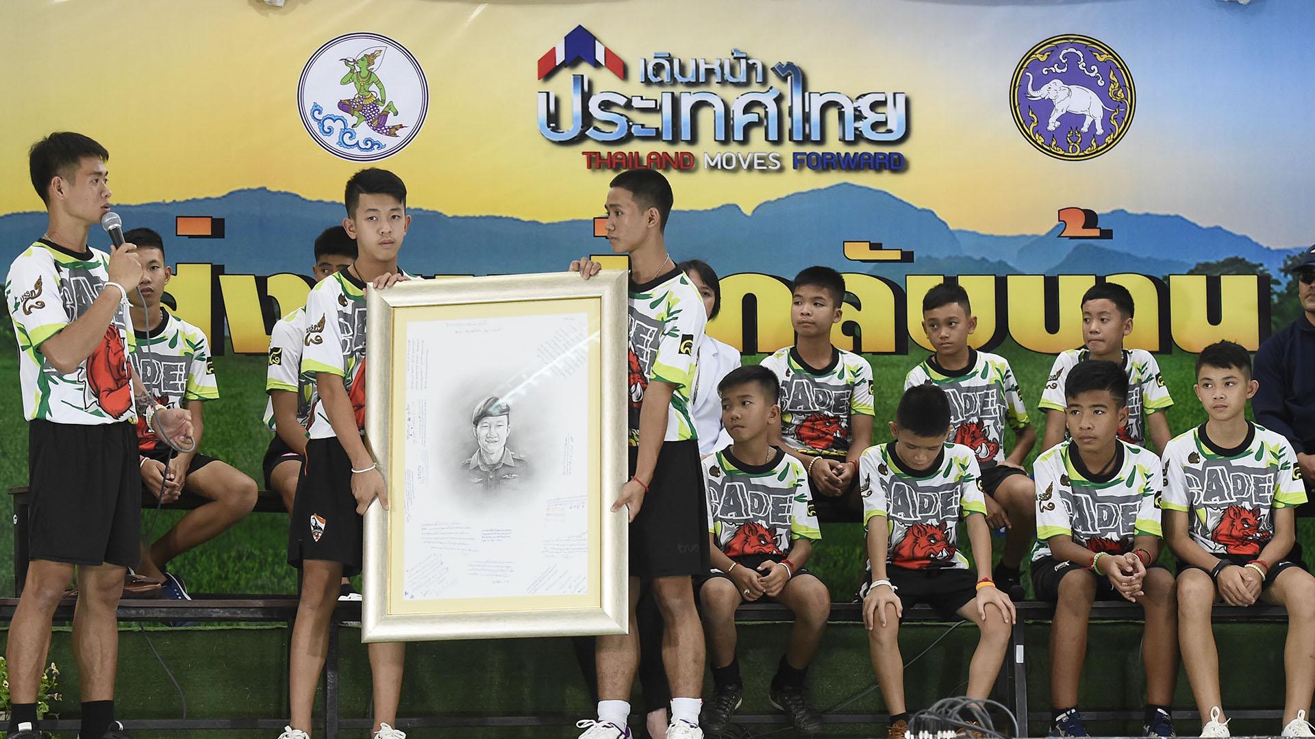 Los menores también mostraron un retrato del buzo Saman Kunan, quien falleció durante los operativos de rescate